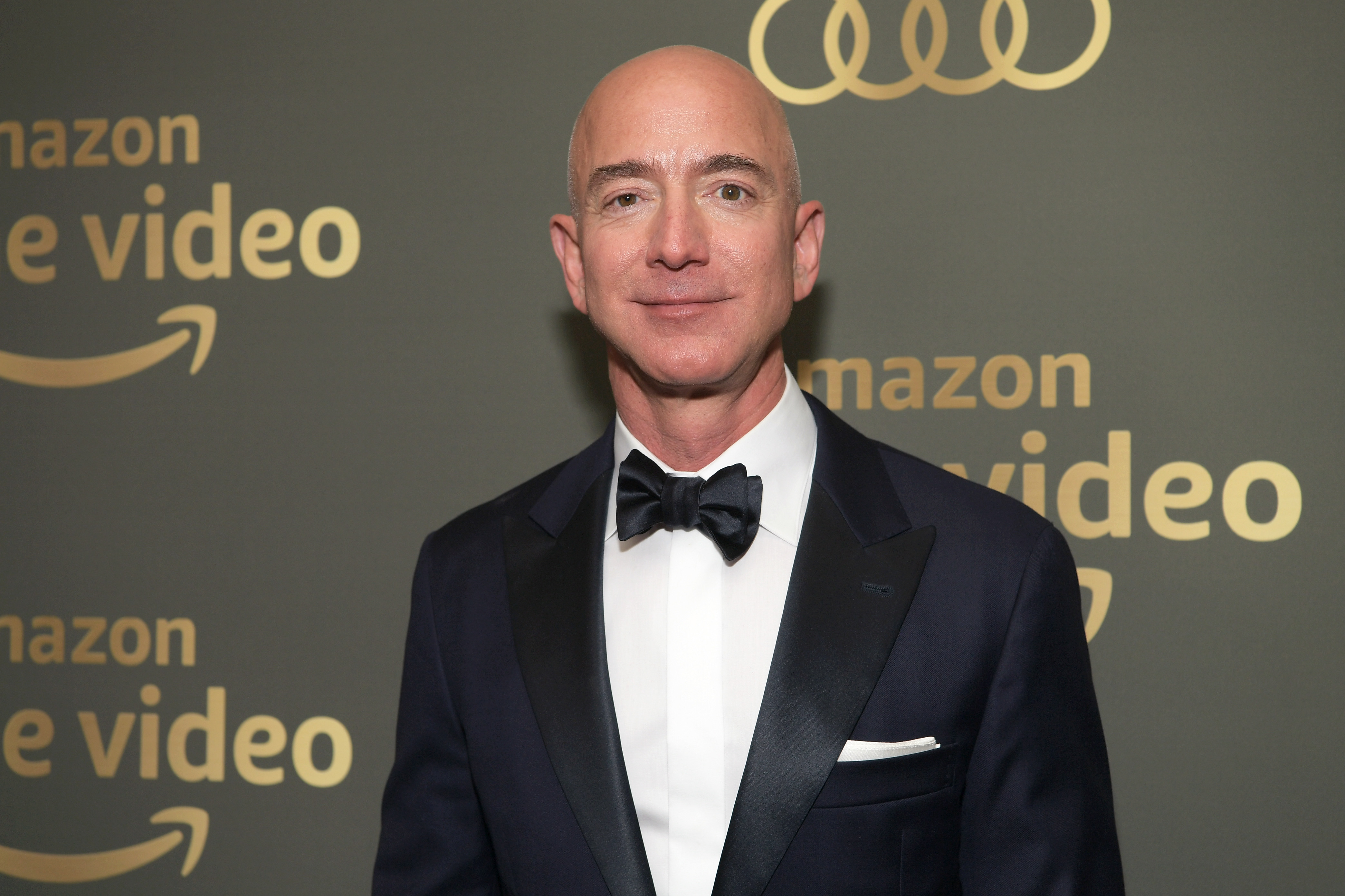 "Jeff Bezos says the National Enquirer's owner threatened to release his ""d*ck pick,"" so he described it himself"
