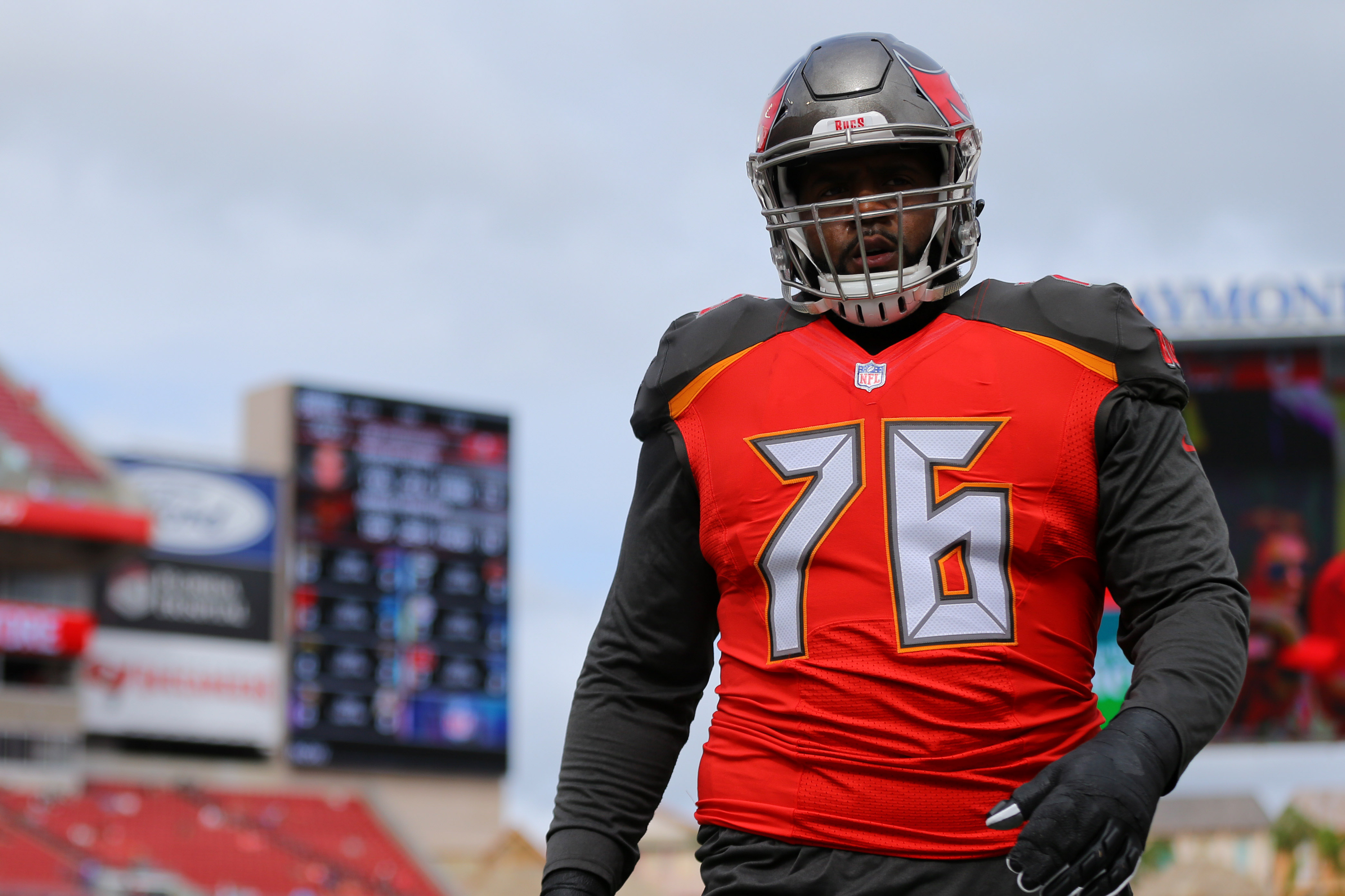 e4f48f751 Bucs re-sign Donovan Smith