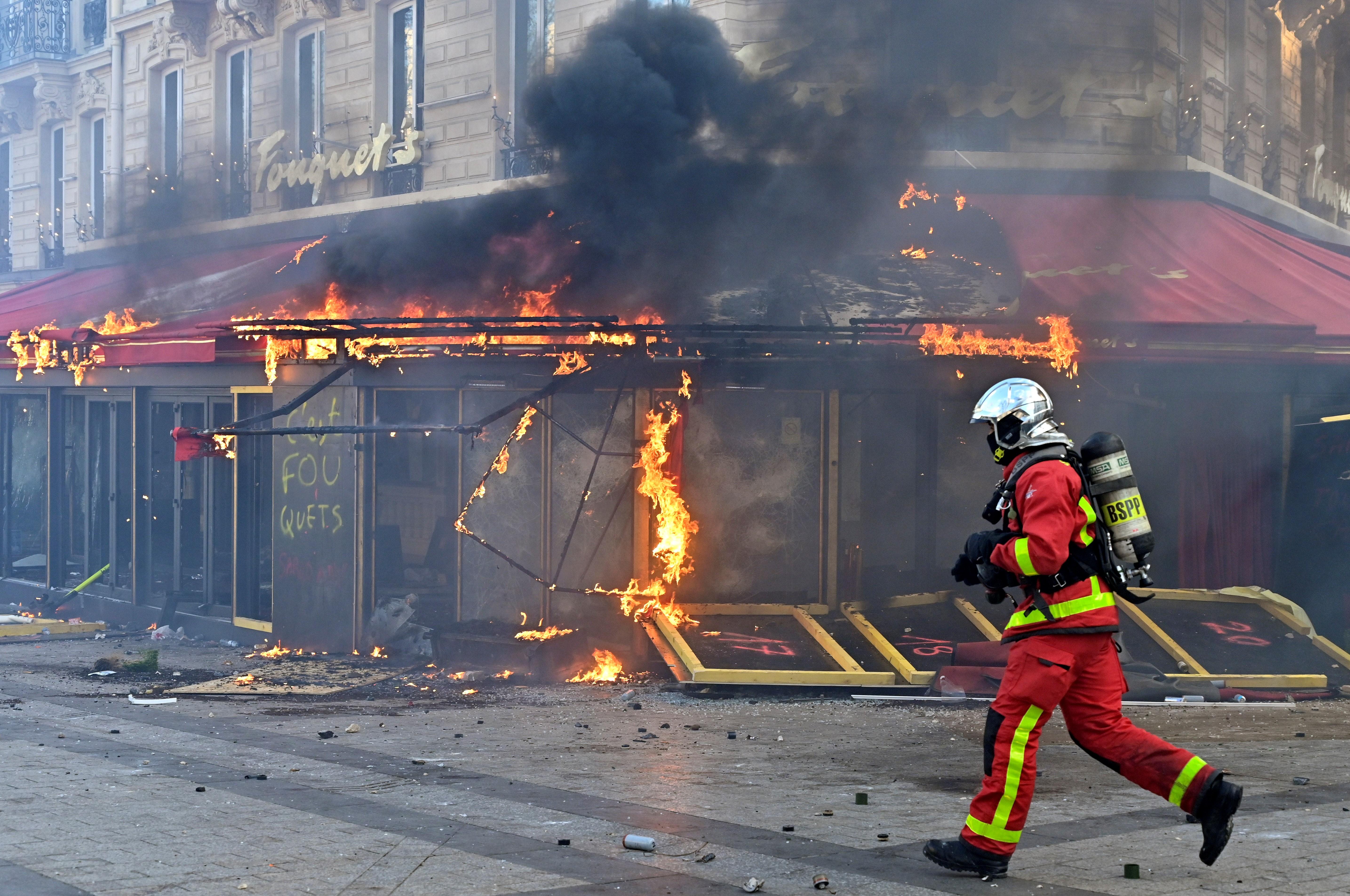 Yellow Vest Protesters Torch Elite Le Fouquet Restaurant in Paris