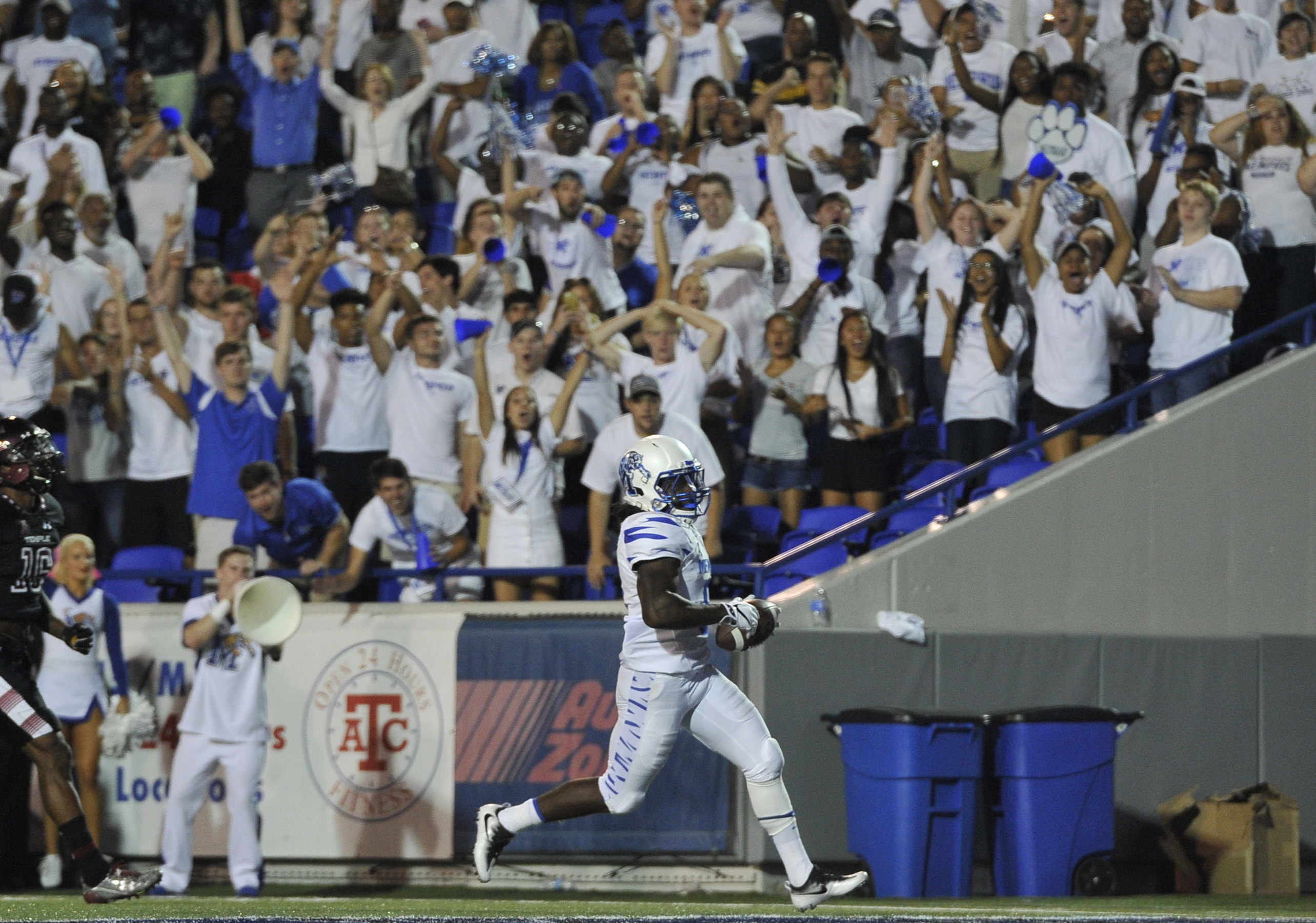 Memphis Tigers RB Darrell Henderson scores a touchdown against the Temple Owls, Oct. 6, 2016.
