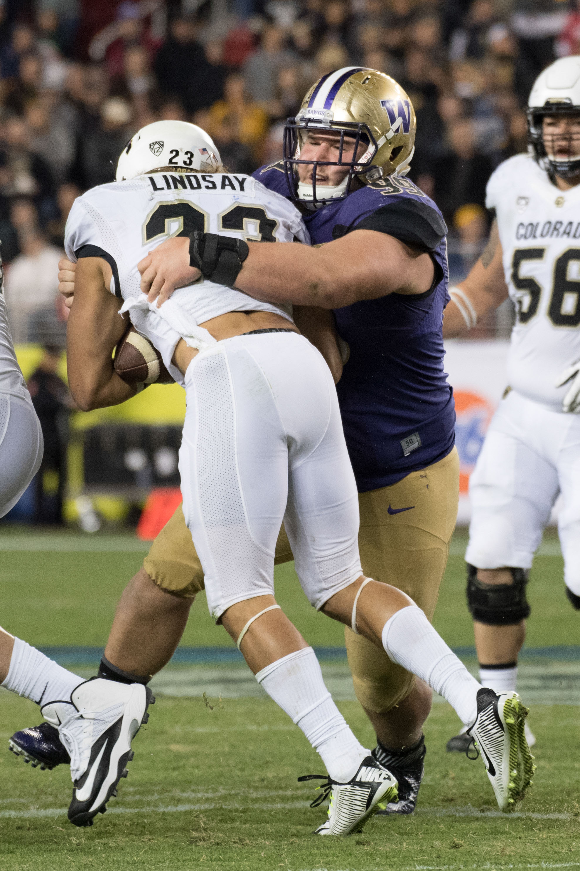 Washington Huskies DT Greg Gaines tackles Colorado Buffaloes RB Phillip Lindsay during the Pac-12 Championship, Dec. 2, 2016.