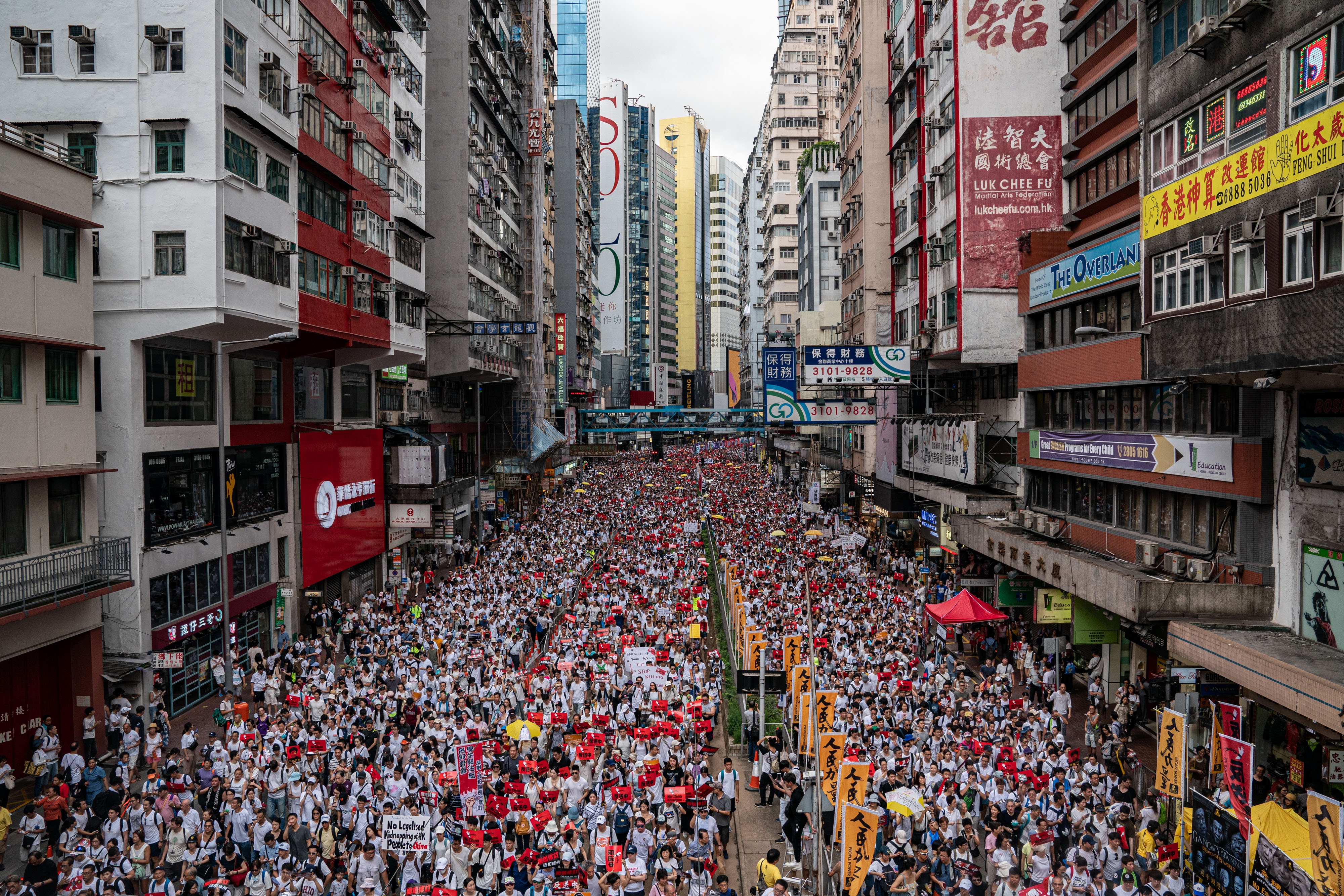 Hong Kong march: hundreds of thousands protest extradition