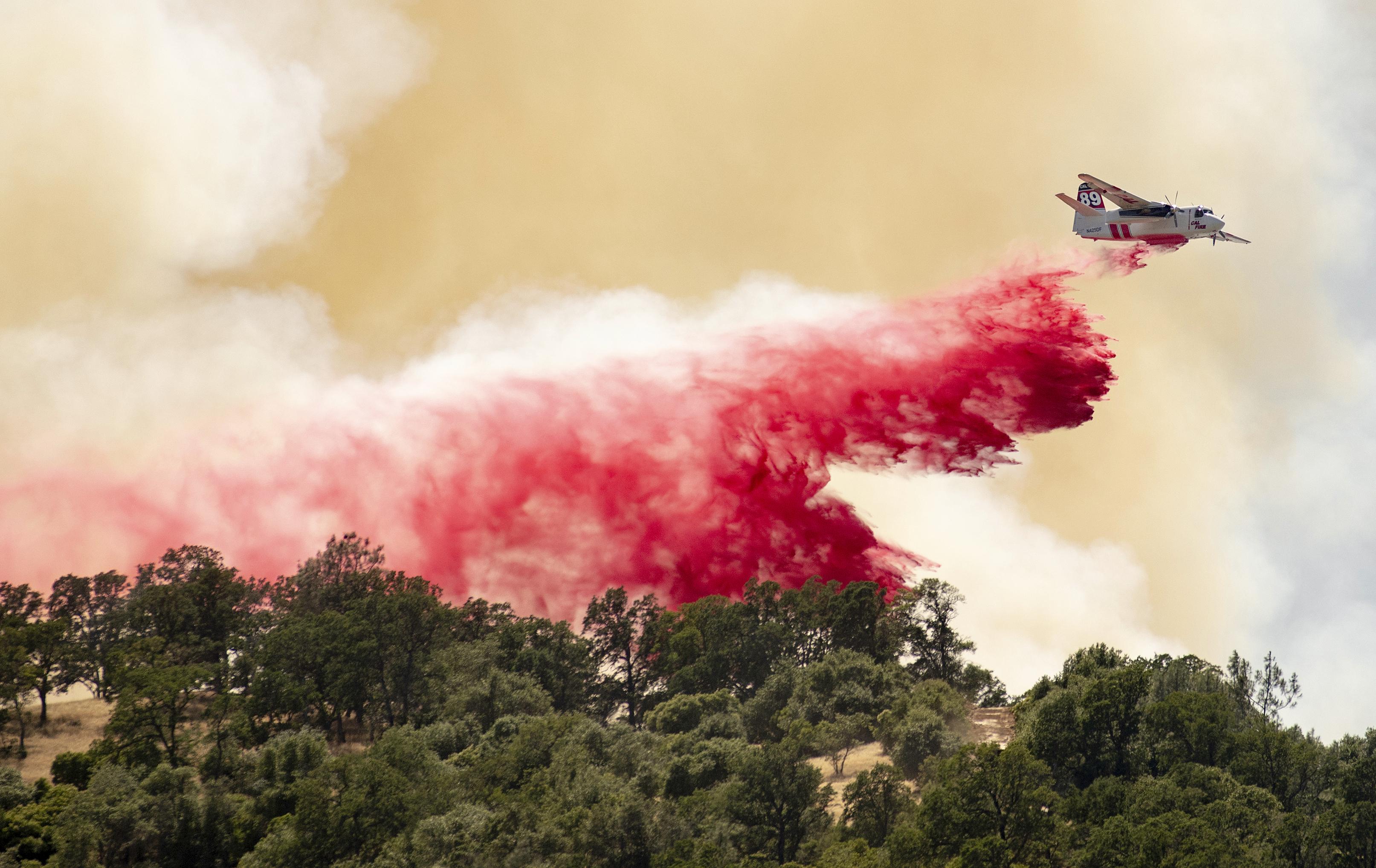 aircraft fights Sand Fire.