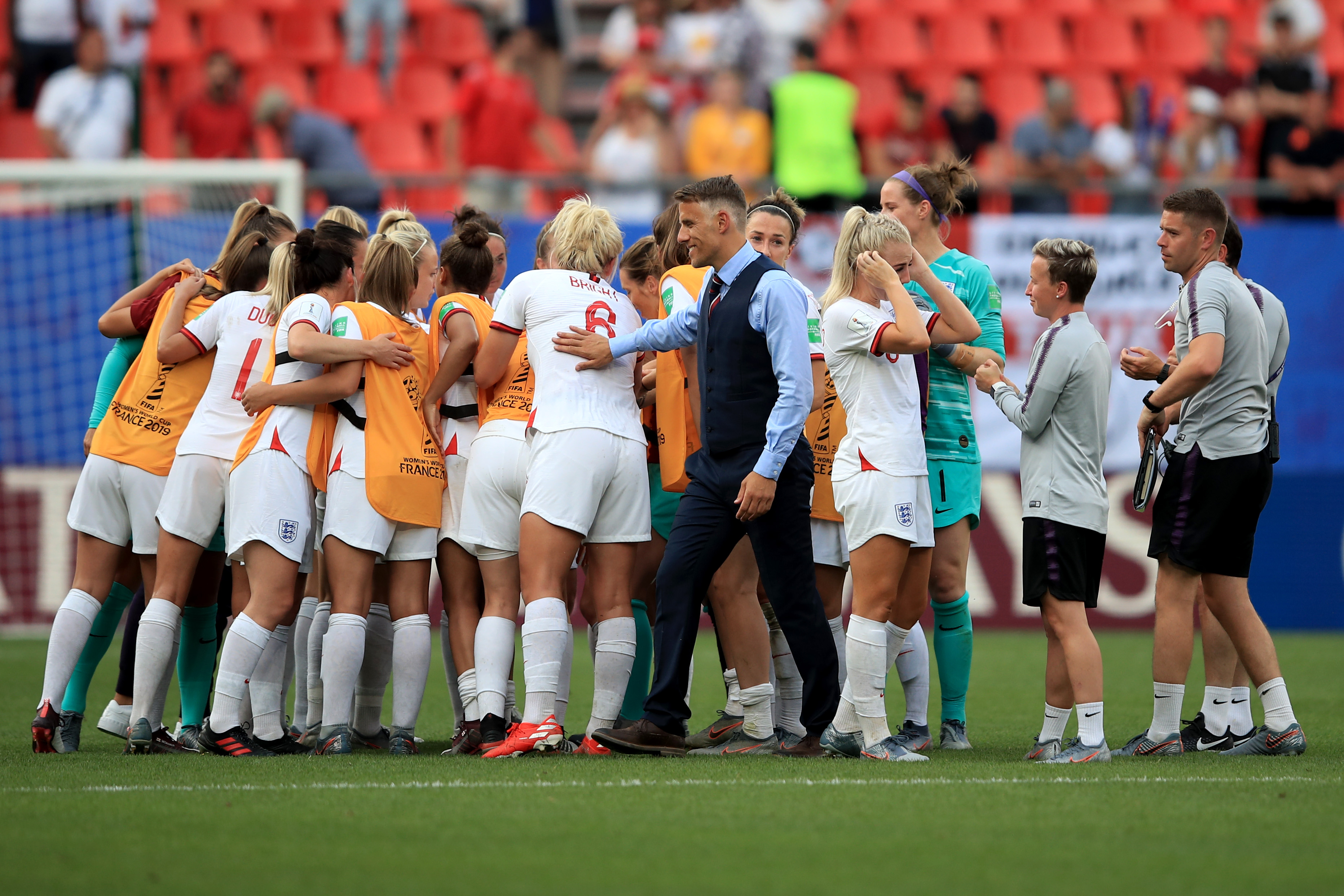womens football teams arrive - HD3727×2485