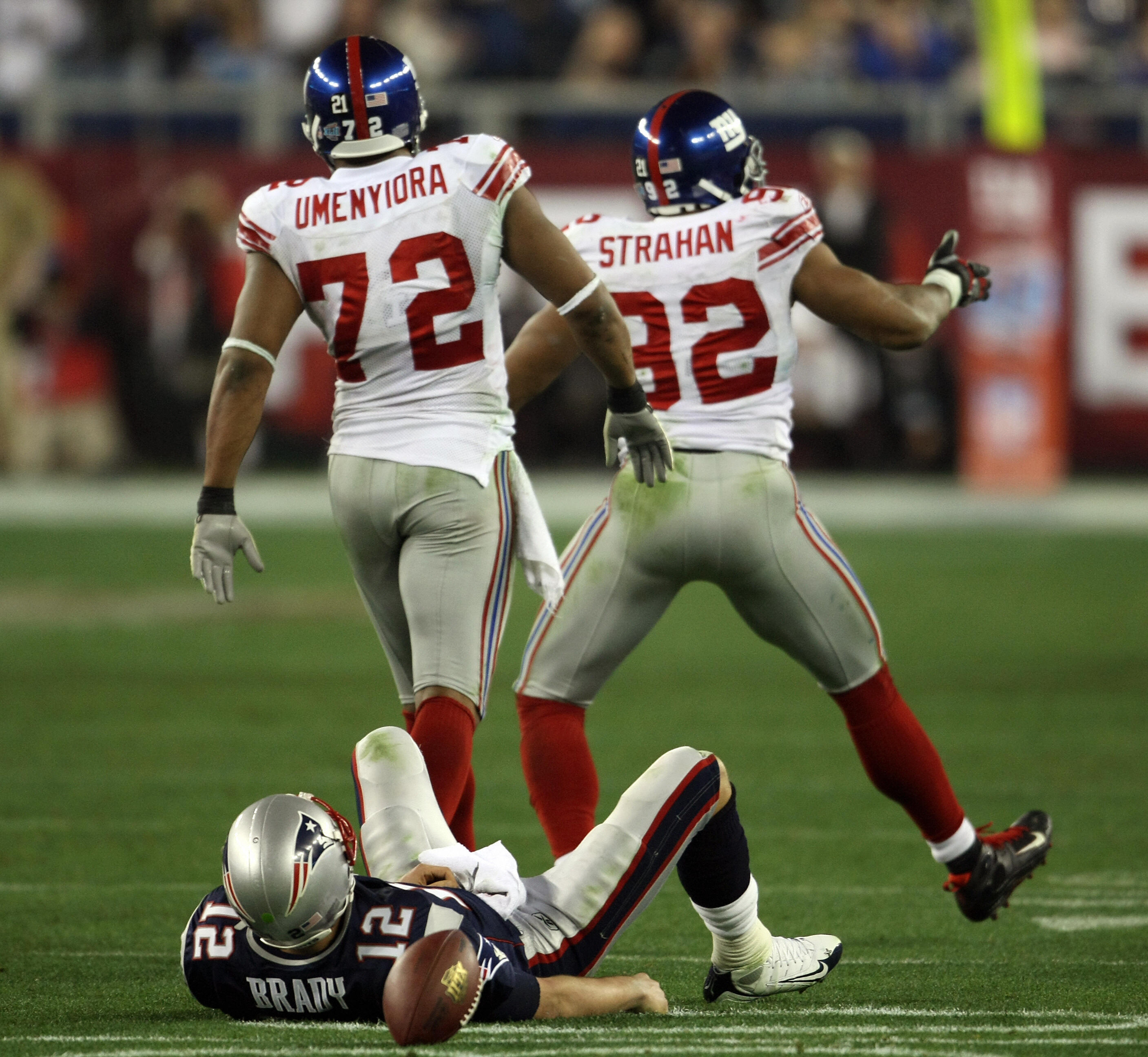Michael Strahan (R) and Osi Umenyiora (L