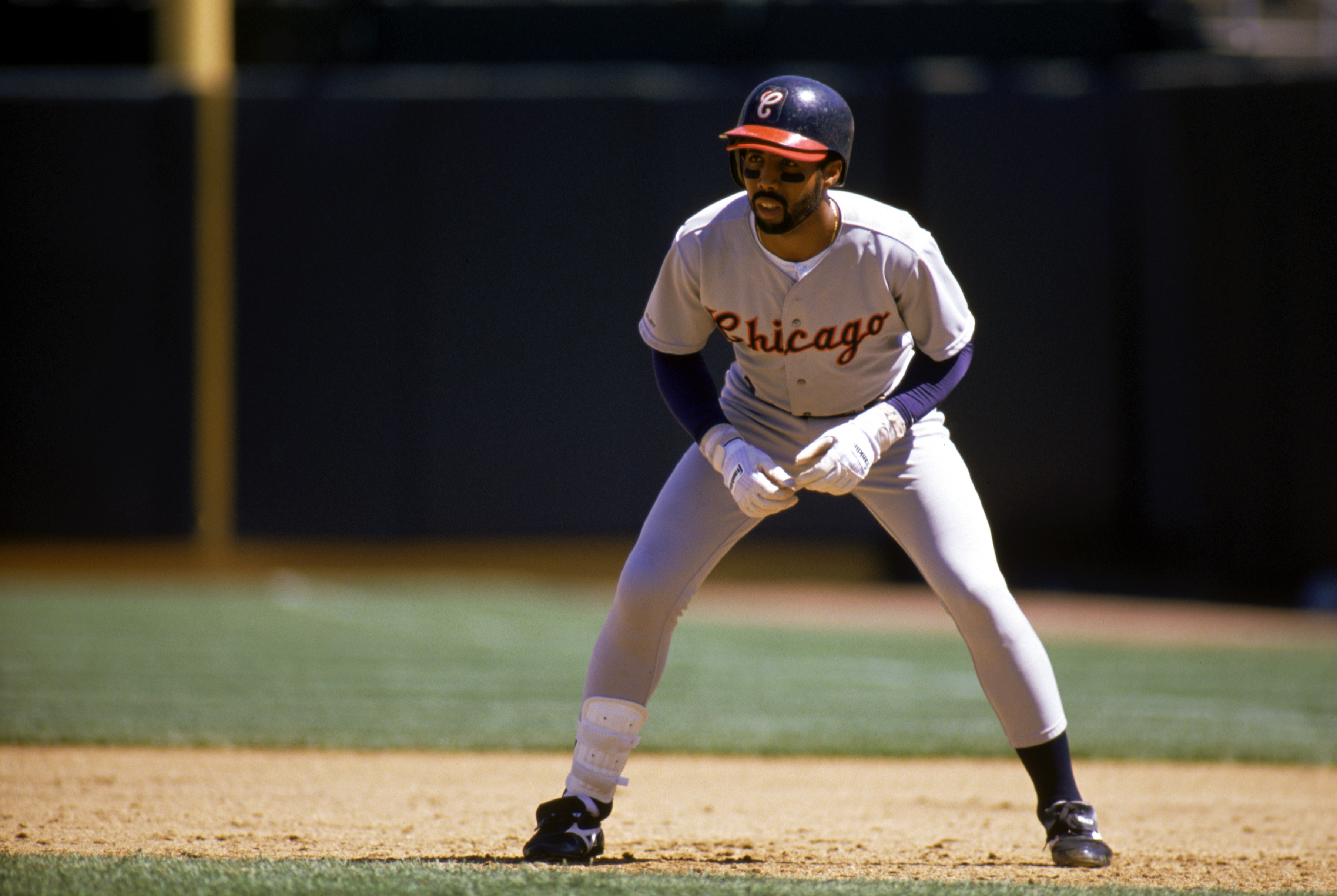 Harold Baines leads off base