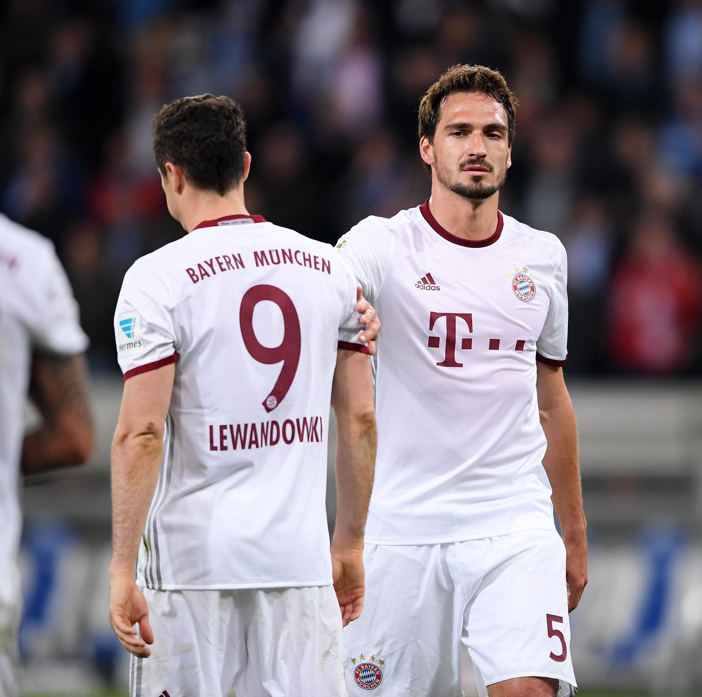 Fussball 1. Bundesliga Saison 2016/2017 27. Spieltag TSG 1899 Hoffenheim - FC Bayern Muenchen Enttaeuschung FC Bayern Muenchen; Mats Hummels (re) und Robert Lewandowski.