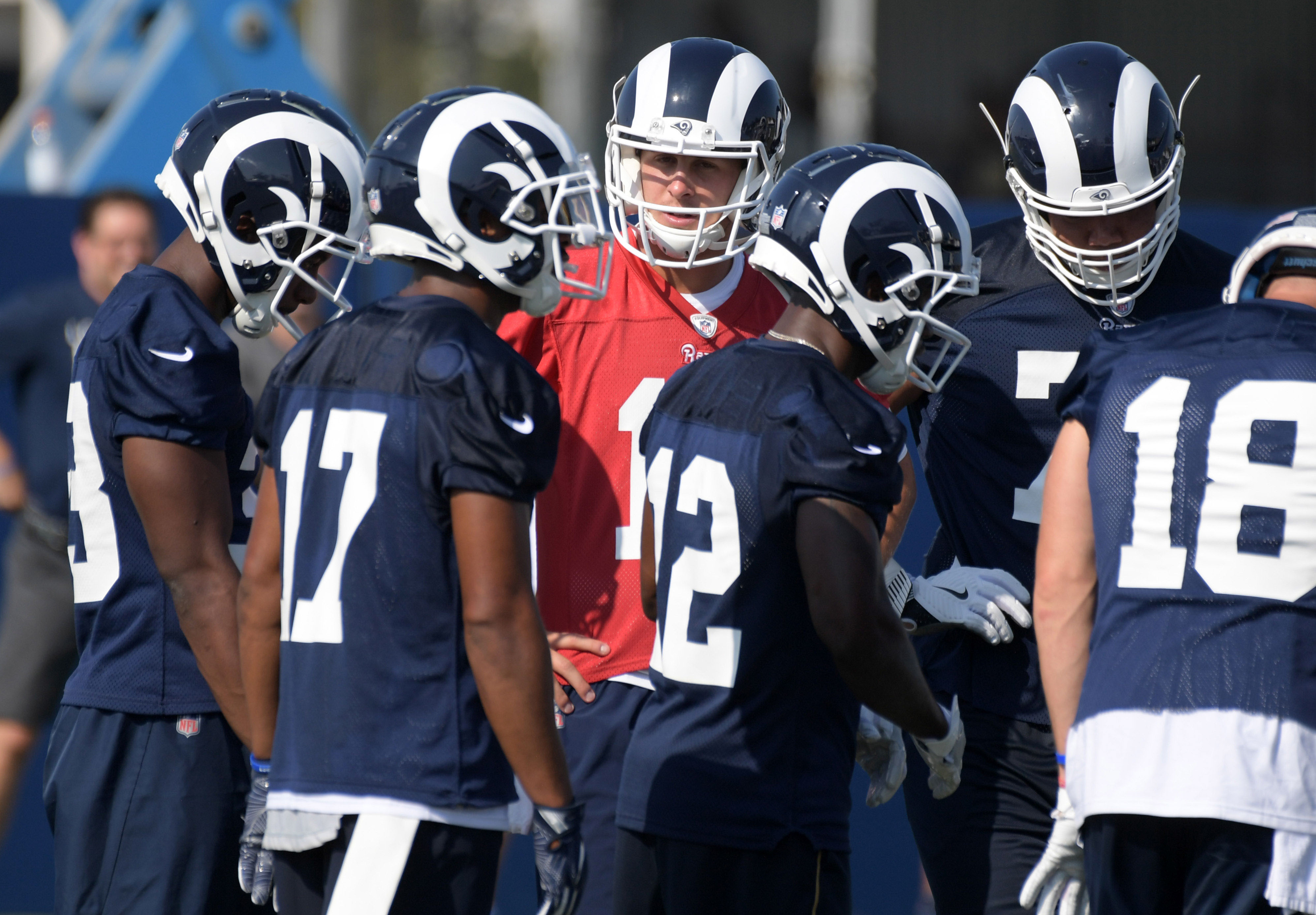 Los Angeles Rams QB Jared Goff huddles with teammates during training camp, Jul. 28, 2018.