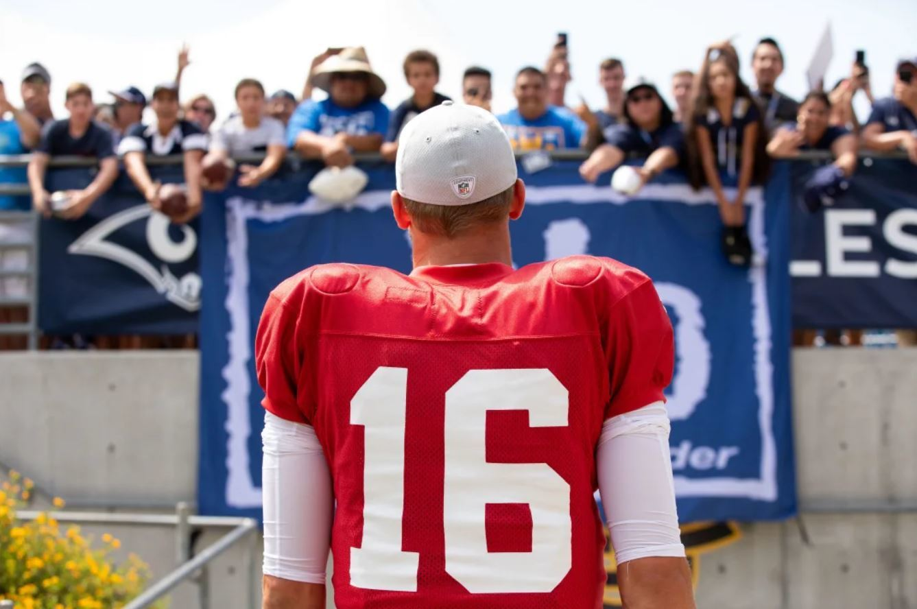 Los Angeles Rams QB Jared Goff approaches fans at training camp in UC Irvine, Jul. 29, 2018.