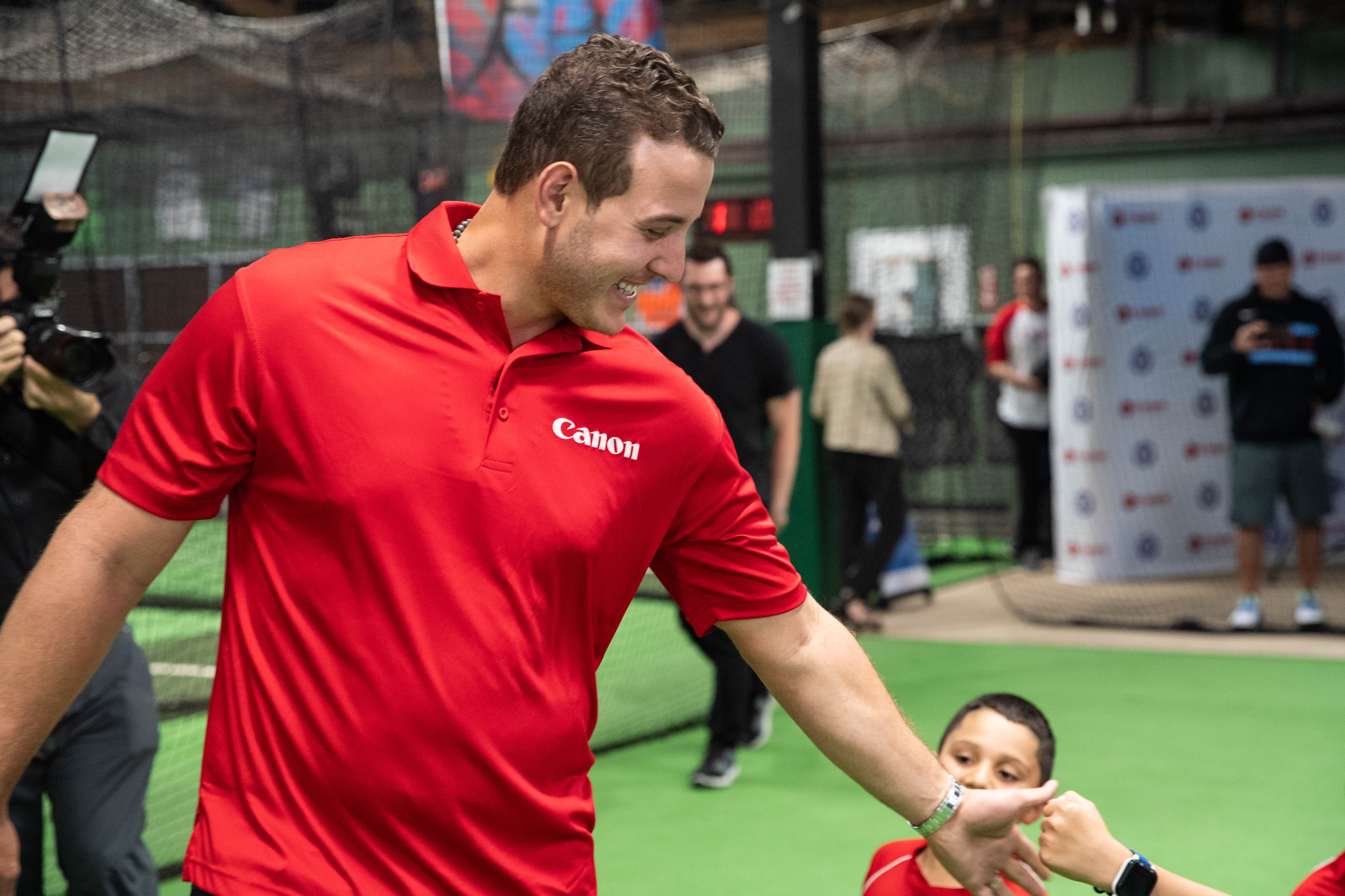 Anthony Rizzo surprises a group of little league players at Bash Sports Academy in Avondale and he's welcomed with smiles and high fives.