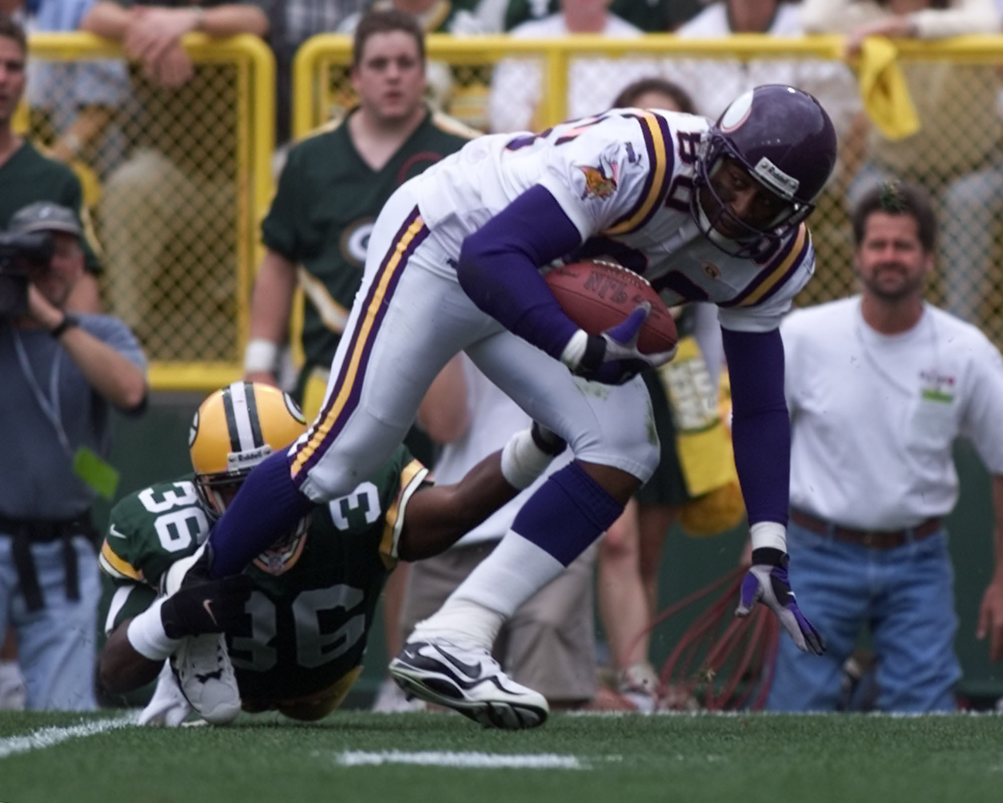 Vikings - Green Bay Packer football September 26,1999. -- Minnesota Vikings wide receiver Chris Carter,80, breaks out of a tackle attempt by Packer defensive safety Leroy Butler, 36, during 1st quarter action at Lambeau Field Sunday September 26,1999.