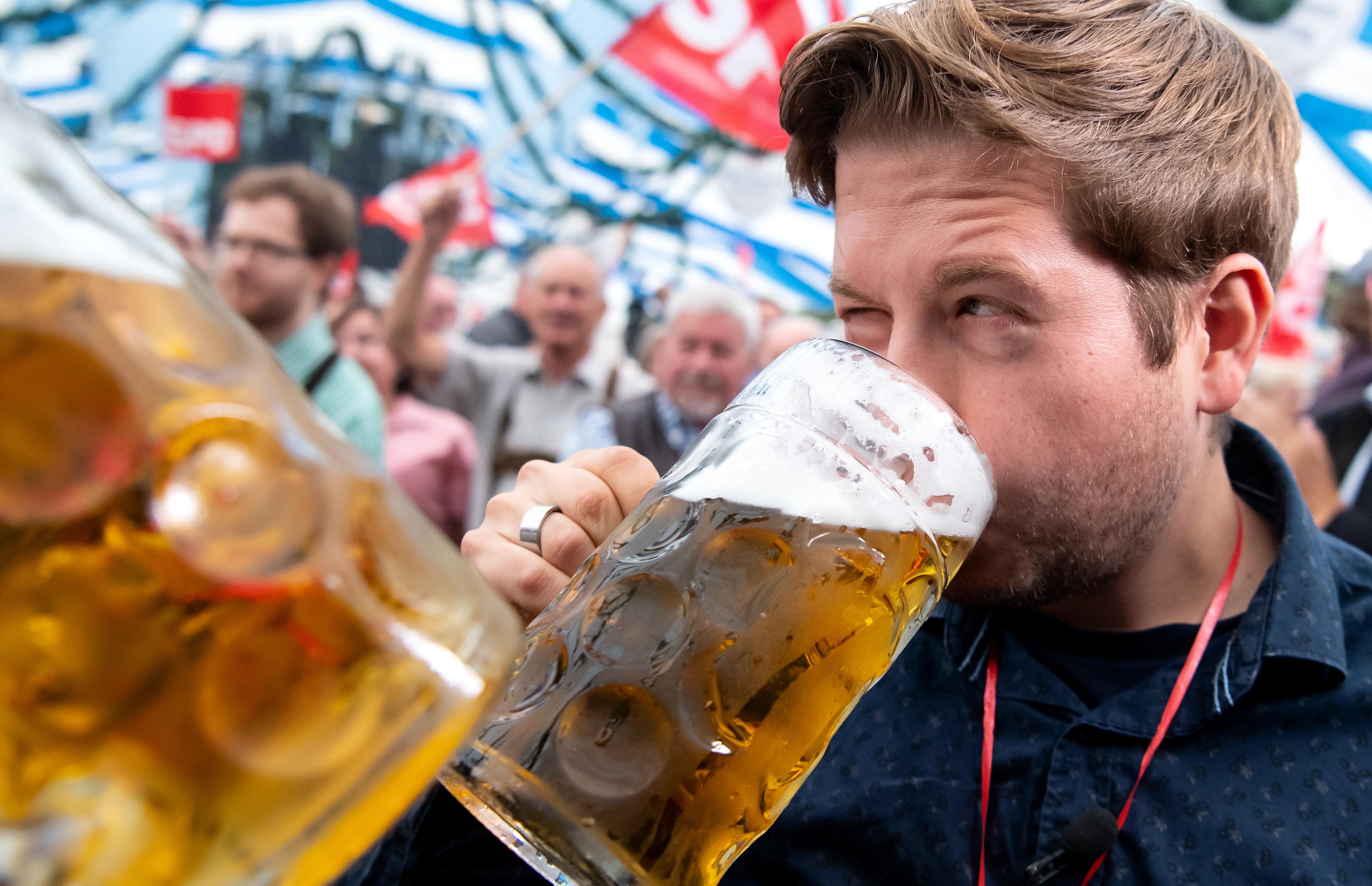 Political morning pint at Gillamoos folk festival - SPD