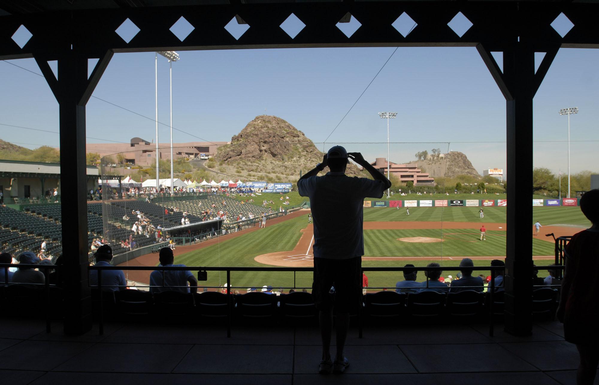 亚利桑那州沙漠提供了80度温度,在暗黑破坏神体育场,奥克兰田径运动员于2009年2月26日星期四举行洛杉矶天使,在亚利桑那州坦佩(Karl Mondon /员工)