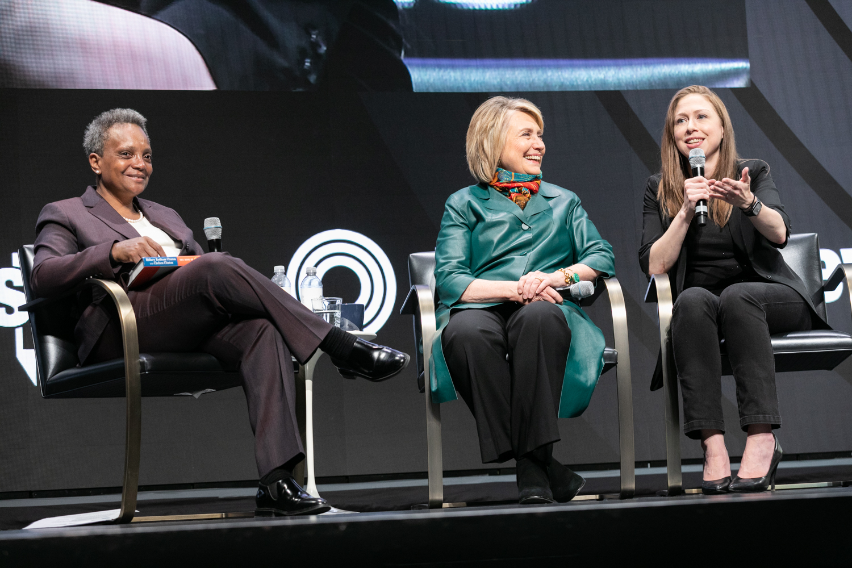 Mayor Lori Lightfoot, 2016 presidential candidate Hillary Clinton and Chelsea Clinton talk Monday night.