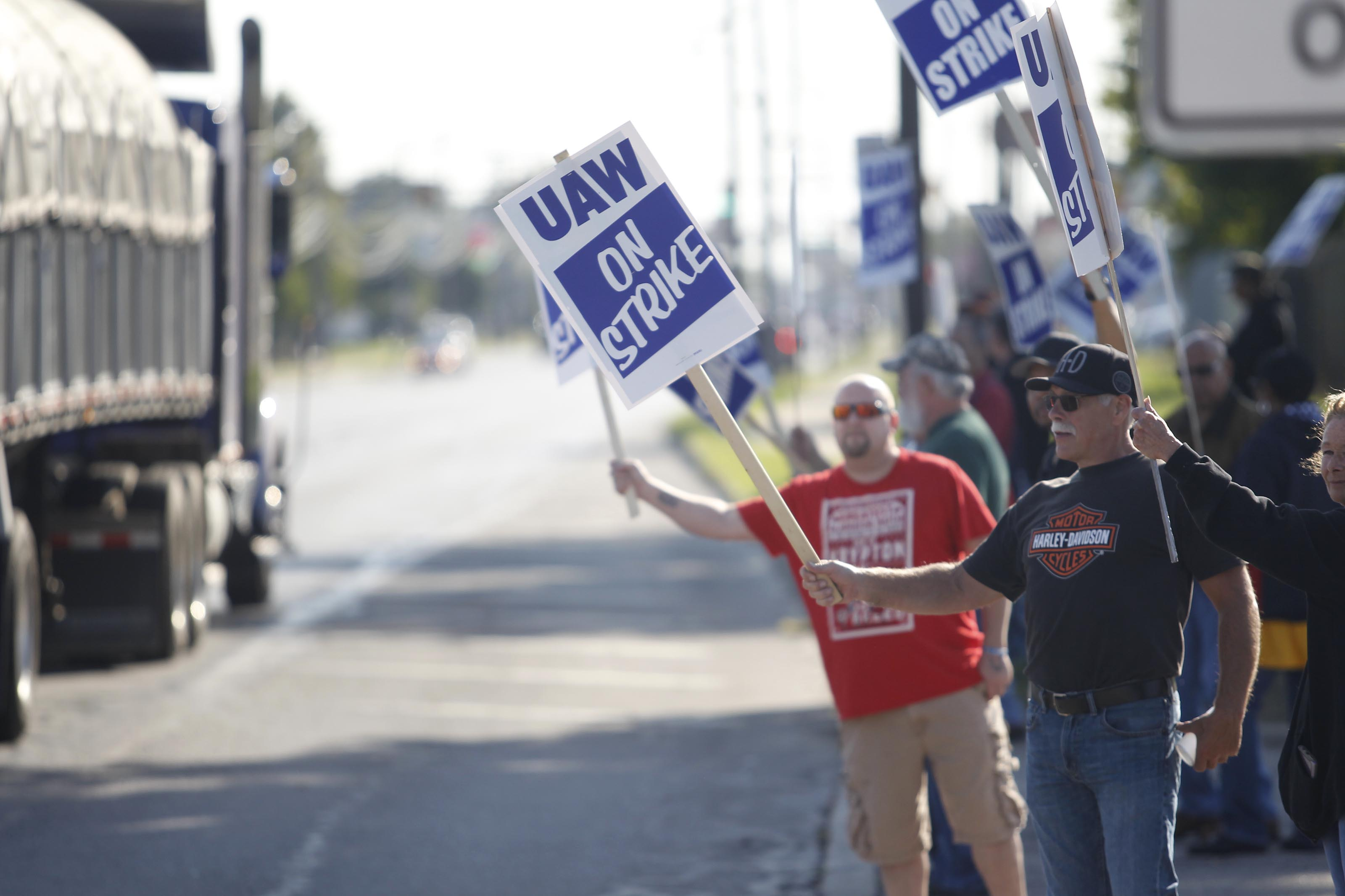 After losing more than $1 billion, GM makes a deal with striking workers