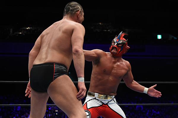 Jushin Liger winds up a Shotei for Minoru Suzuki