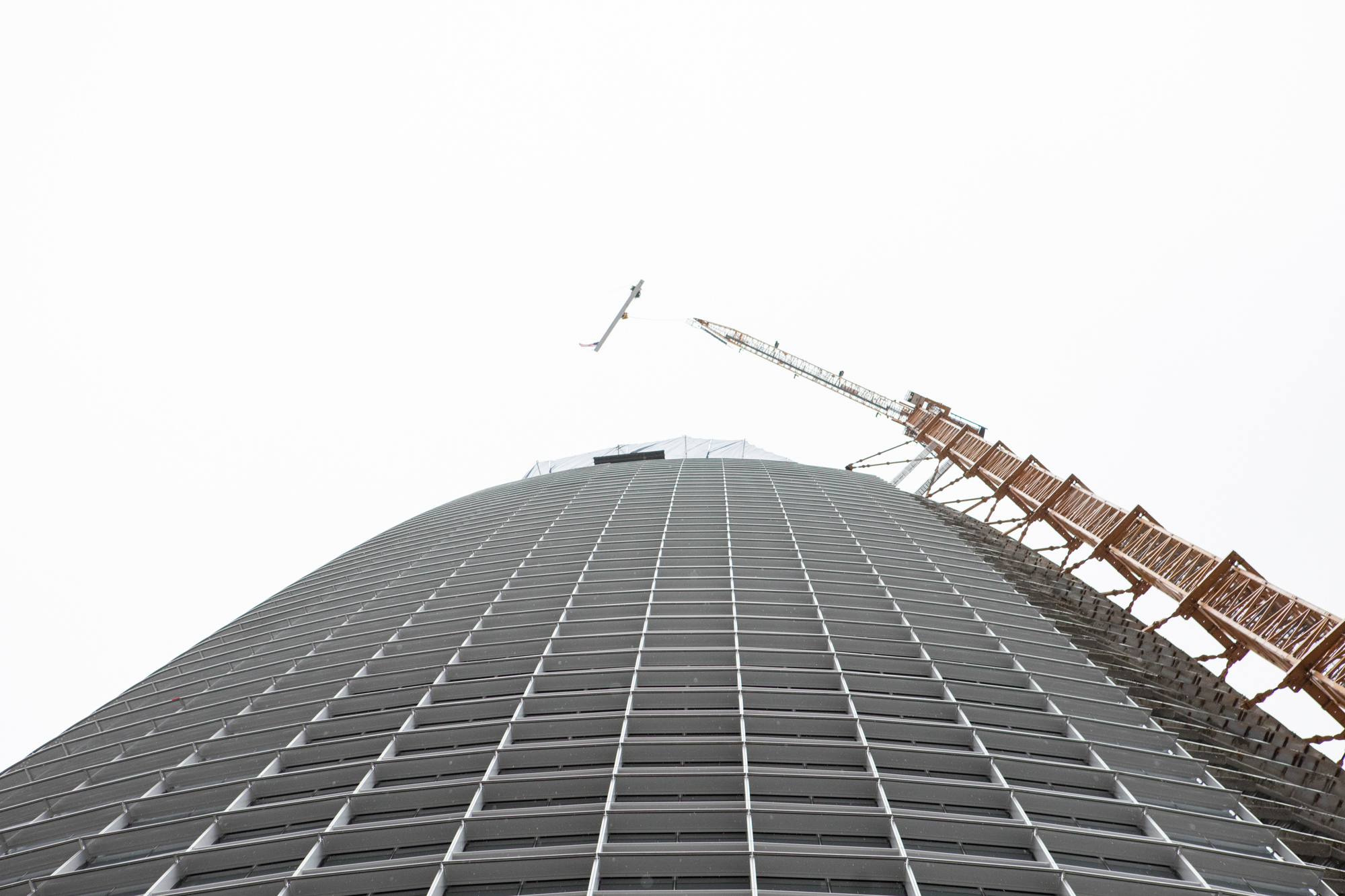 The final beam rising to the top of Salesforce Tower, April 2017.