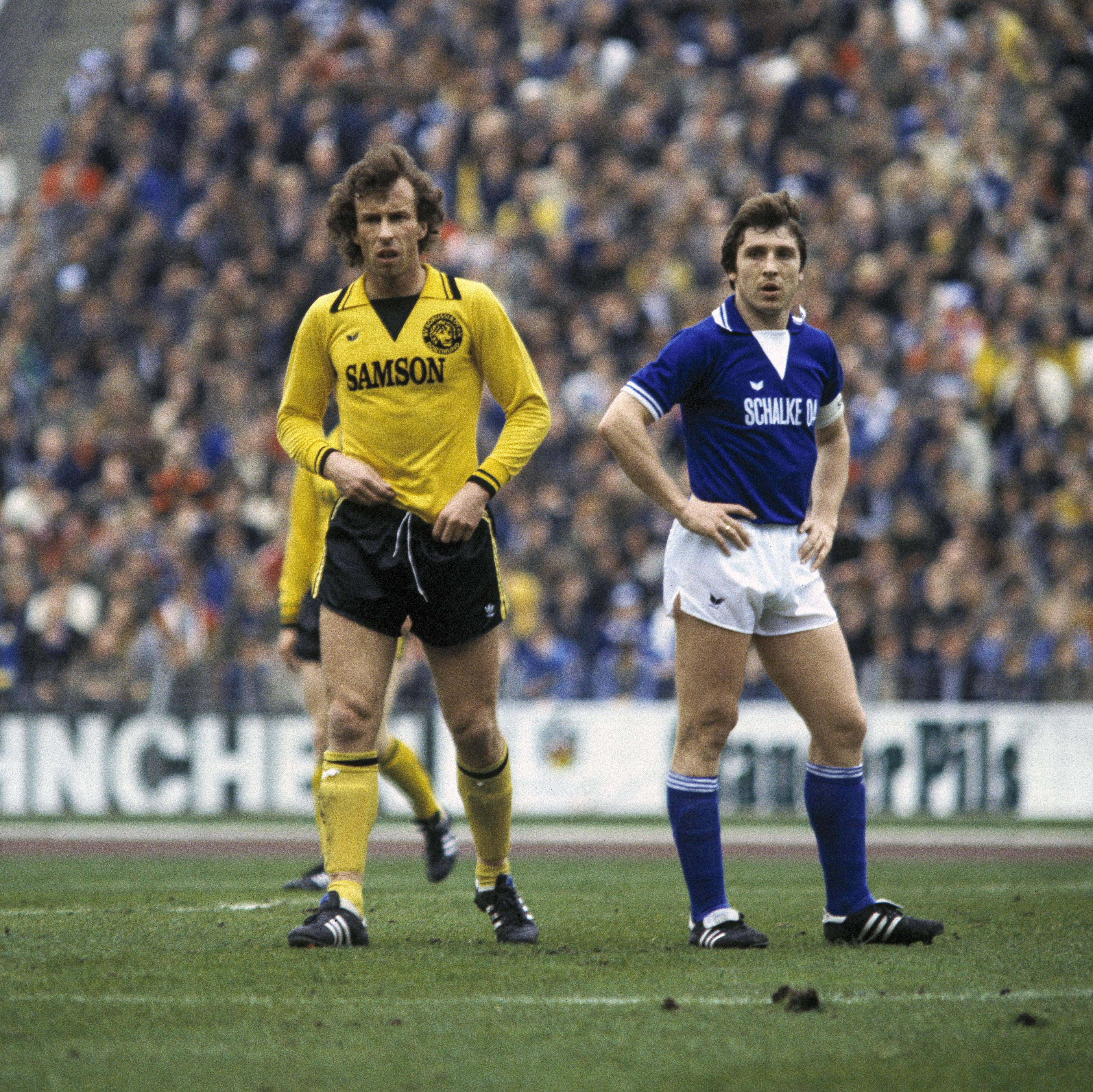 football, Bundesliga, 1977/1978, Park Stadium, FC Schalke 04 versus Borussia Dortmund 0:2, scene of the match, Amand Theis (BVB) left and Klaus Fischer (S04)