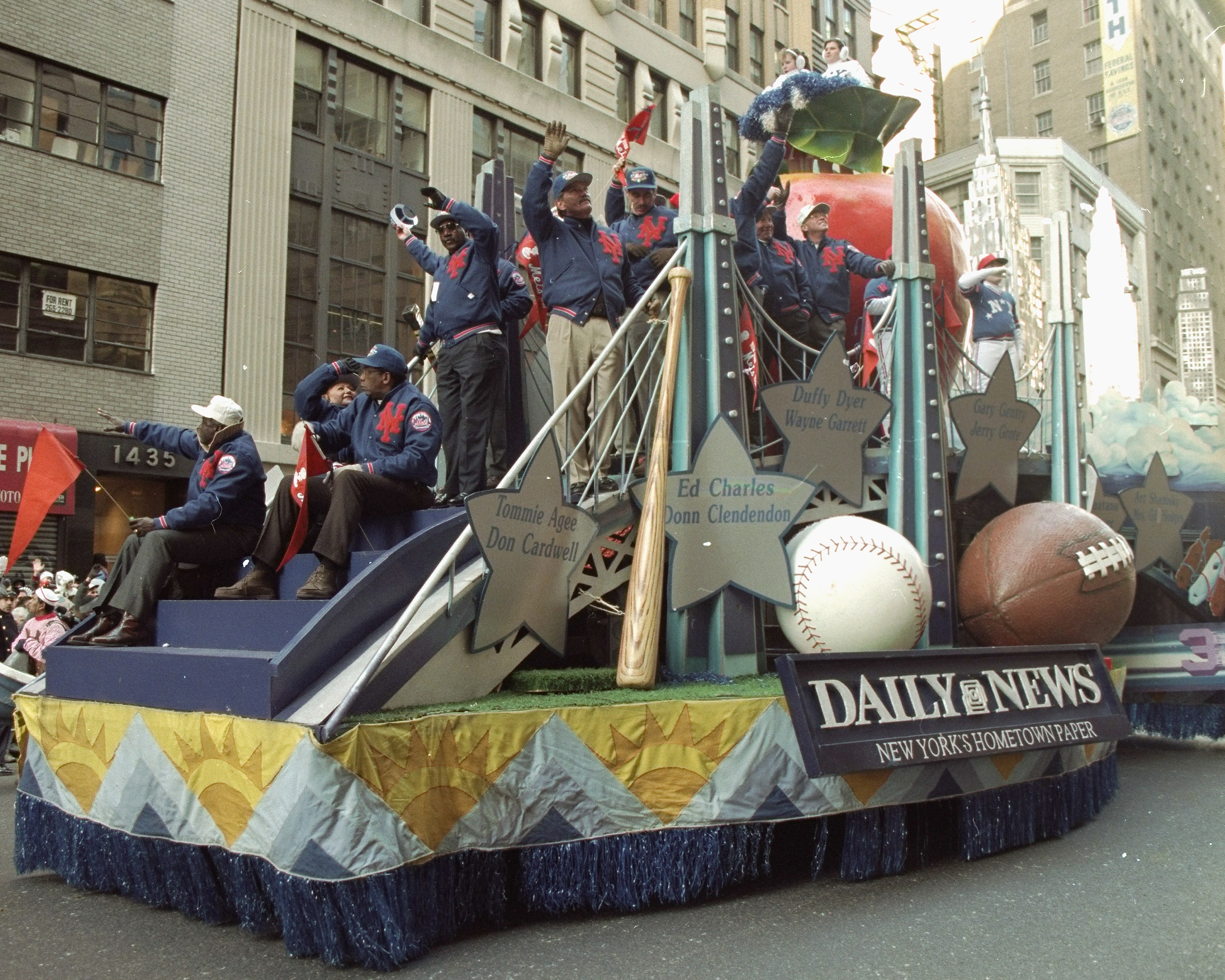 Daily News float carries 1969 New York Mets at Macy's Thanks