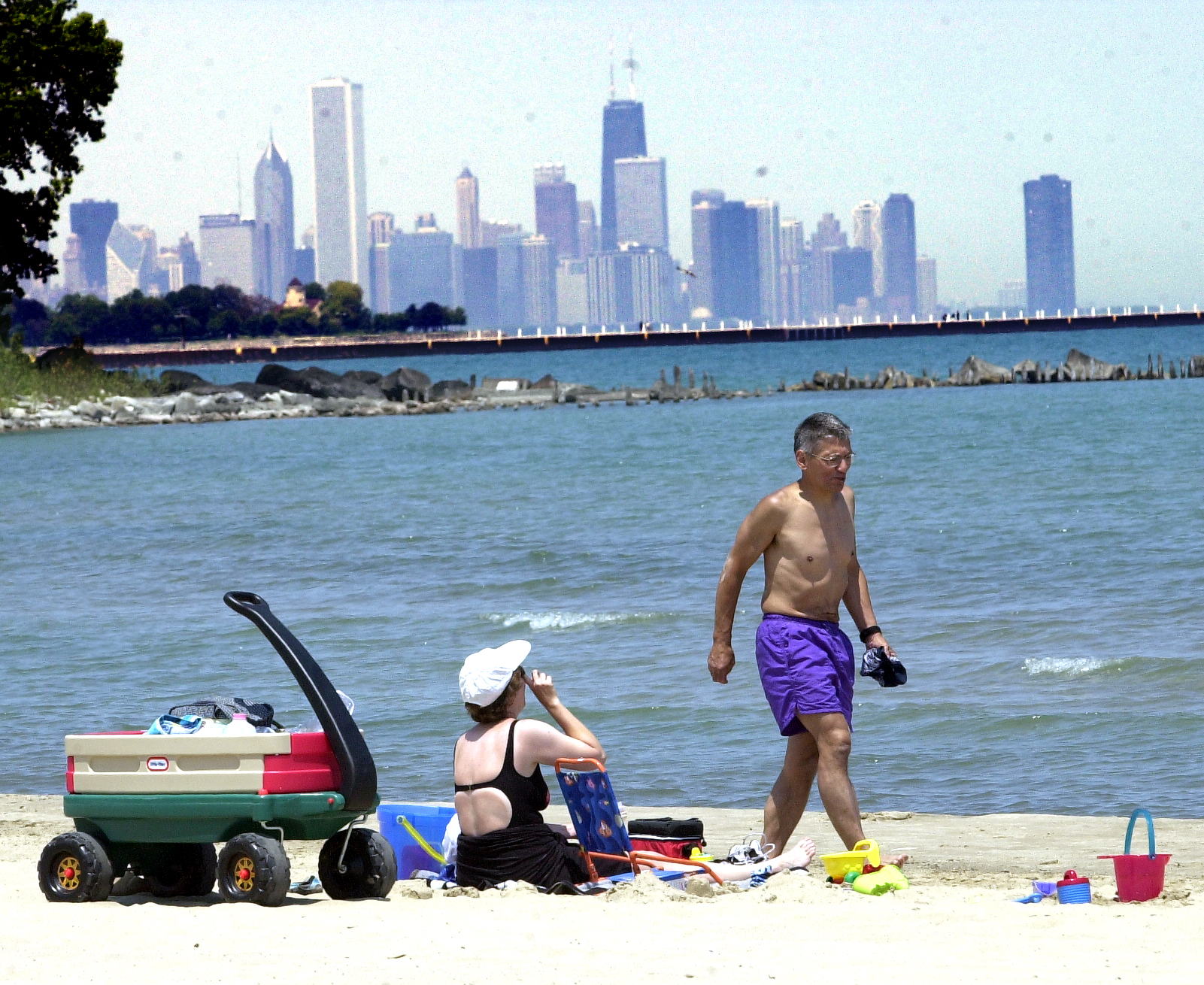 6-17-03 South Shore Cultural Center, 71st & Yates, Chicago Illinois. Ron Rodriguez, his wife Jennifer and son Alex enjoy a great view of the Chicago skyline from the Chicago lakefront beach near the South Shore Cultural Center. Ron and his family were enjoying the last day of his vacation after returning from Myrtle Beach. (KEITH HALE/Sun-Times)