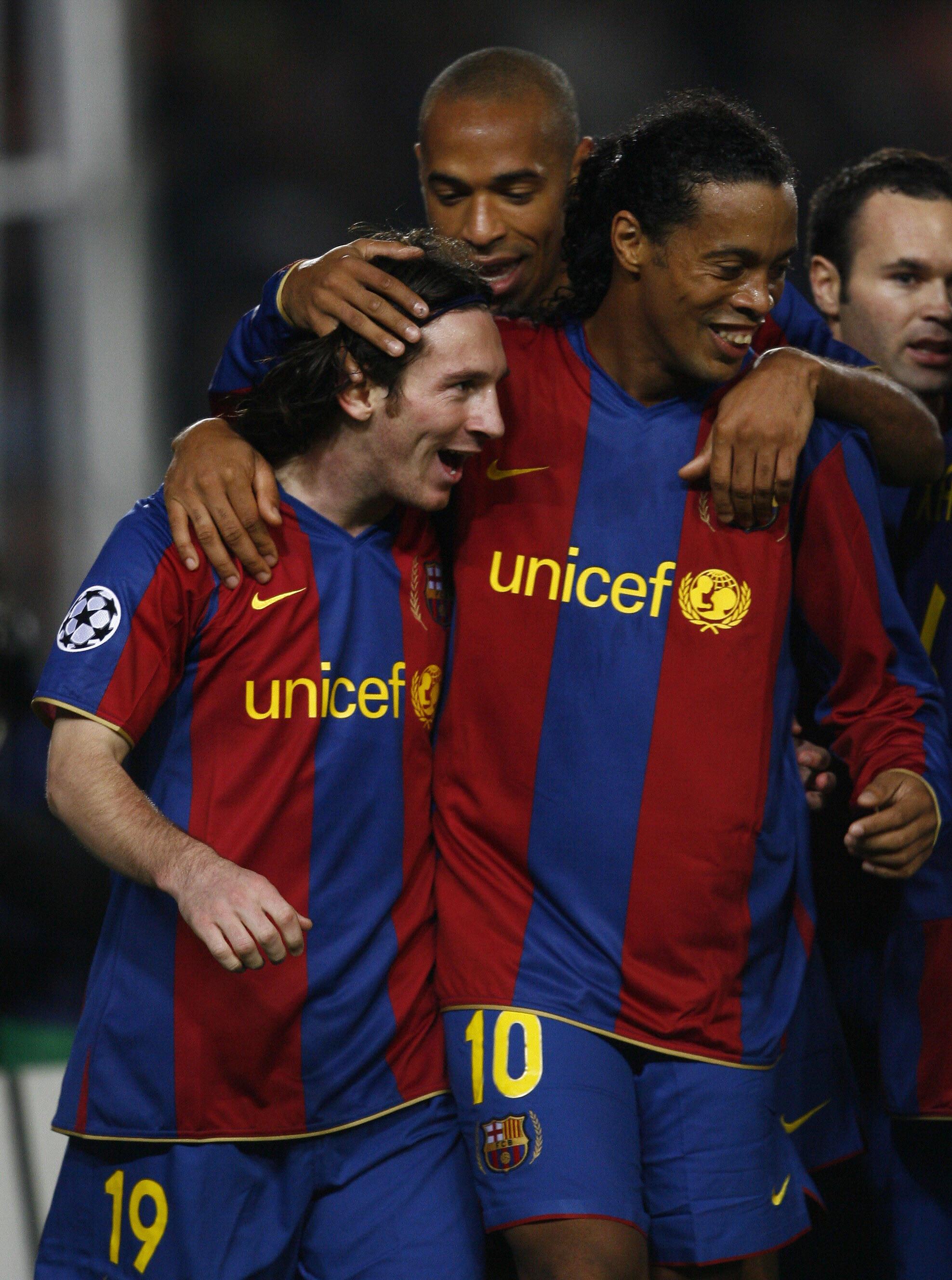 Barcelona's Argentinian Leo Messi (L) ce