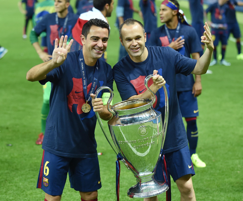 Fussball Champions League Finale 2015: Xavi (Barca) und Andres Iniesta (Barca) mit CHL Pokal
