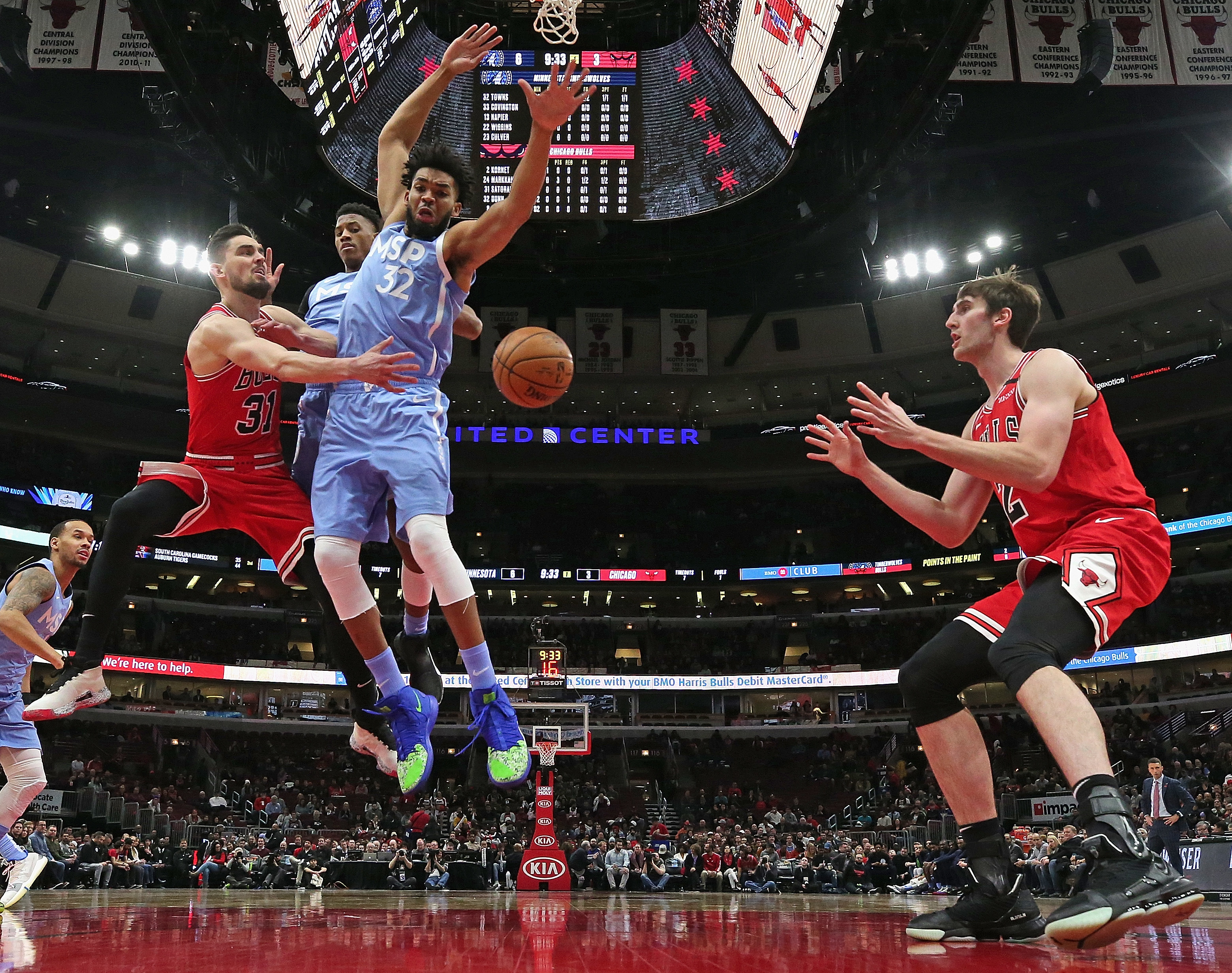 Bulls guard Tomas Satoransky (31) passes to Luke Kornet (2) for a basket in the Bulls' 117-110 victory over the Timberwolves on Wednesday night at the United Center.
