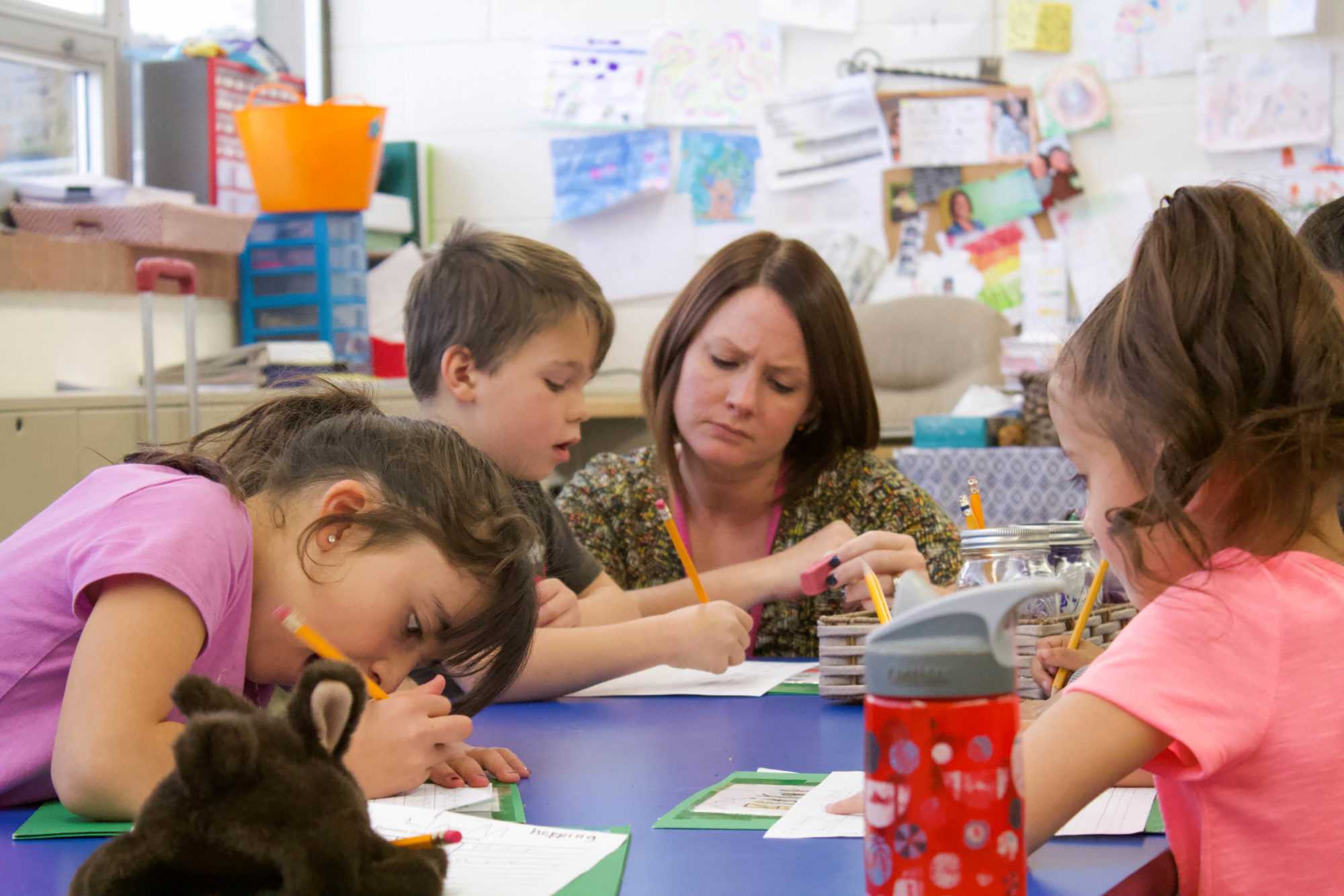 Ally Duncan, an elementary school teacher in Lake County, works with students on sentence structure. (Photo by Nic Garcia/Chalkbeat)
