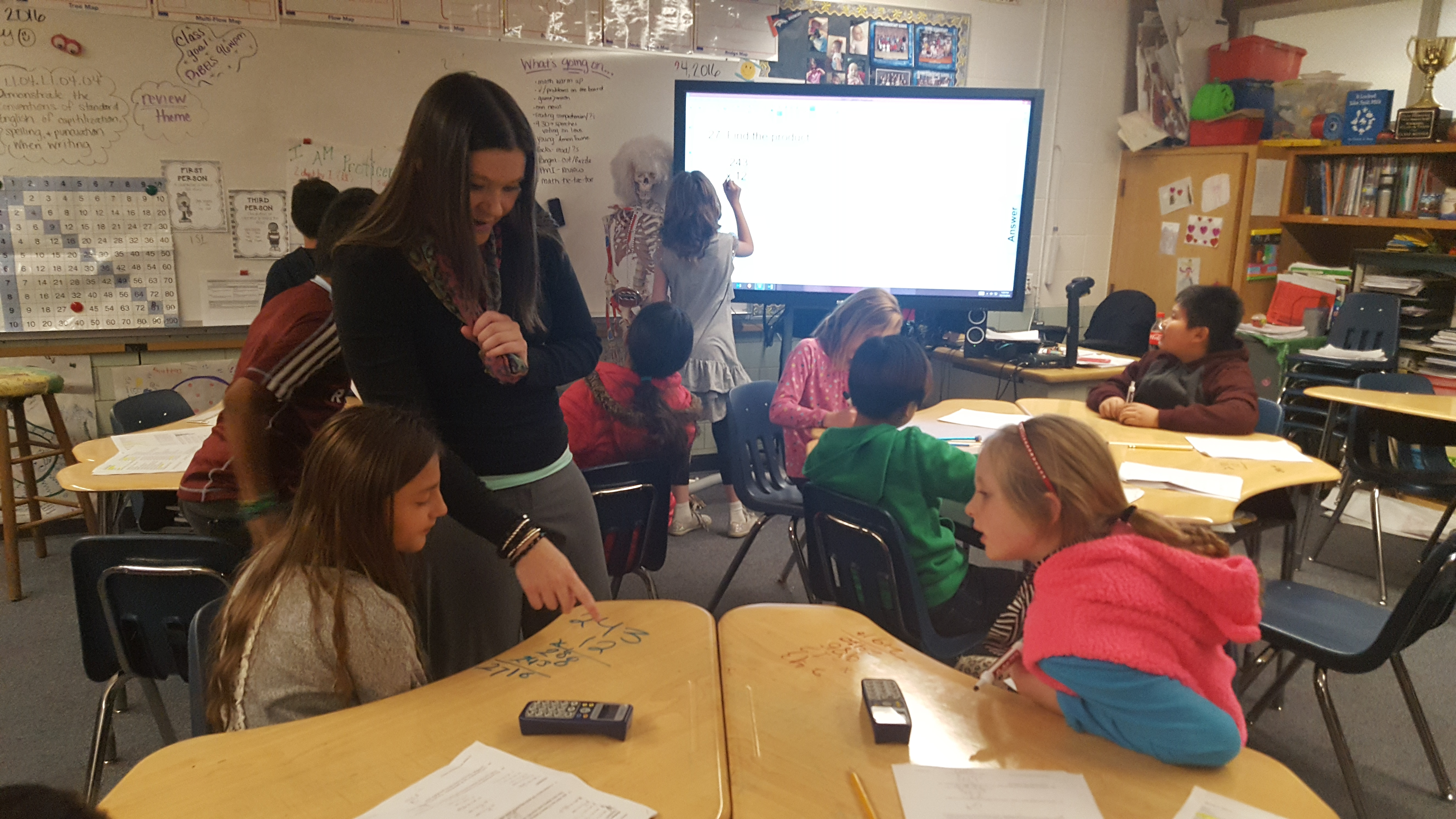 Teacher Amy Adams walks around her classroom checking on students working independently on math at Flynn Elementary School in Westminster. (Photo by Yesenia Robles, Chalkbeat)