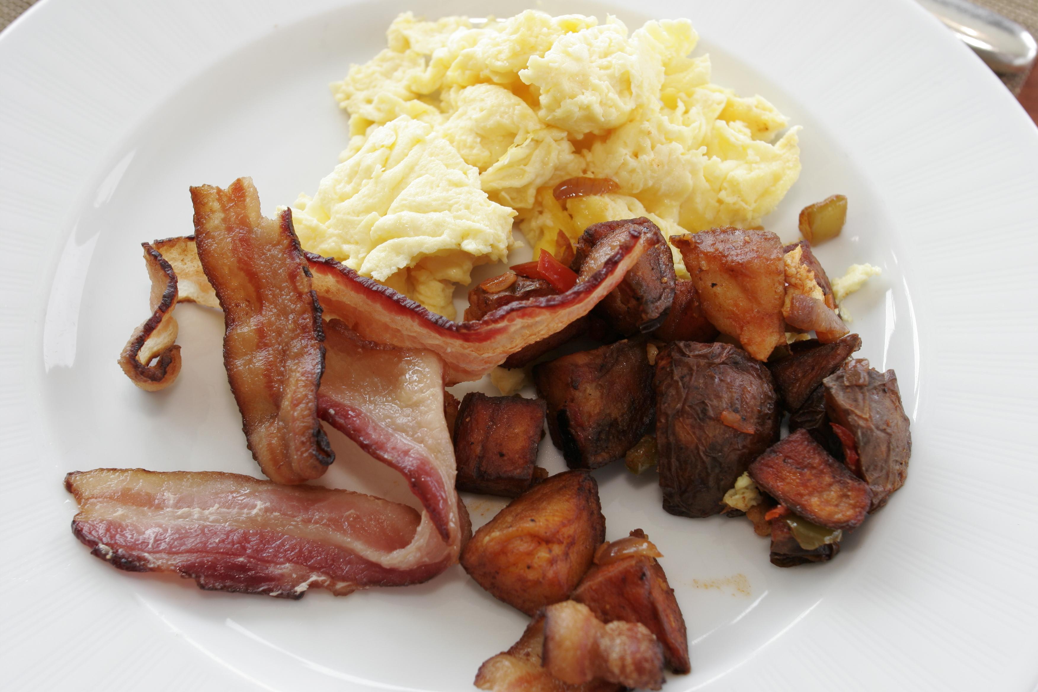 早餐,煎饼和鸡蛋和煎饼