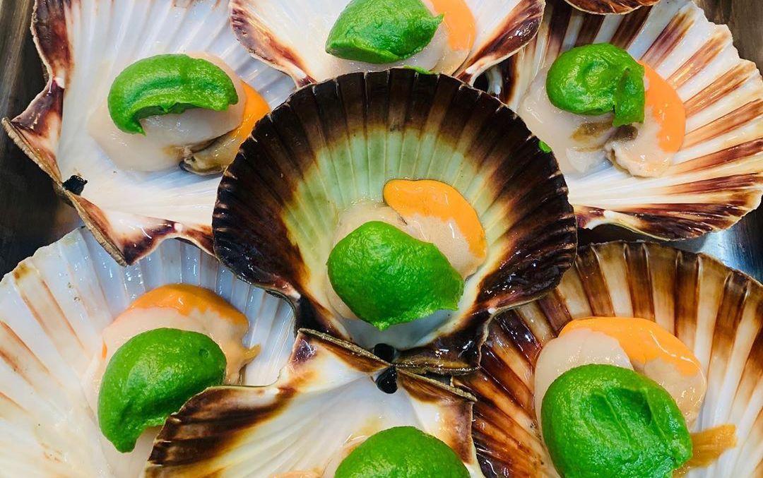 Raw scallops with a wild garlic pesto