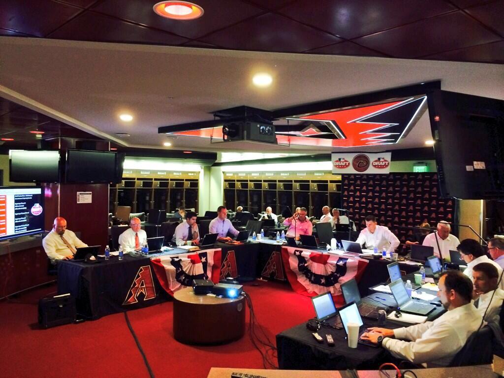 在@SaltRiverFields的#Dbacks草稿室。距离2014年MLBDraft开始还有一个小时。