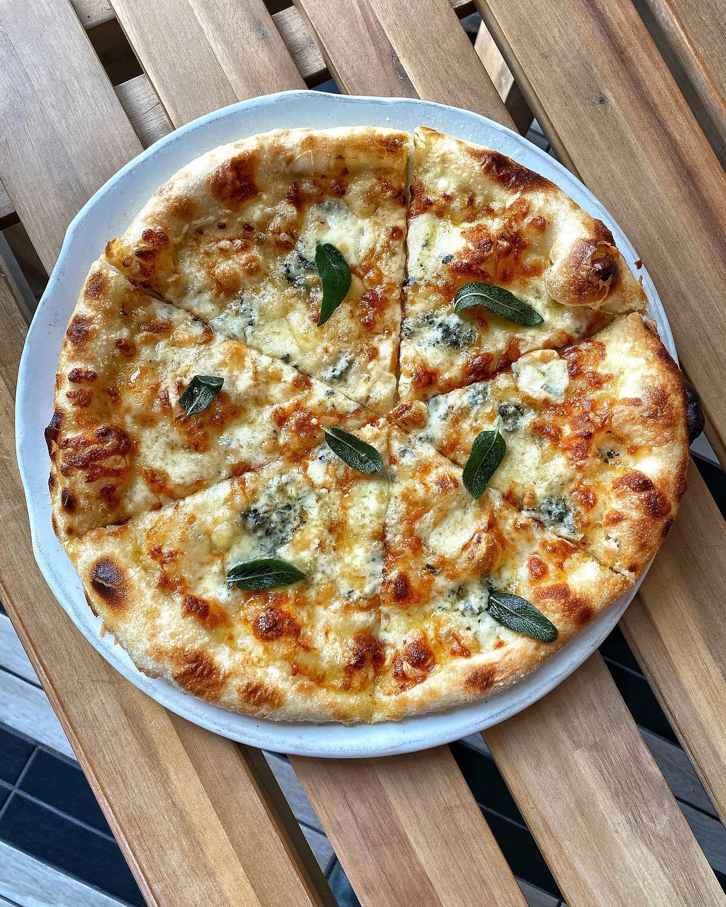 La Strega quattro formaggi pizza