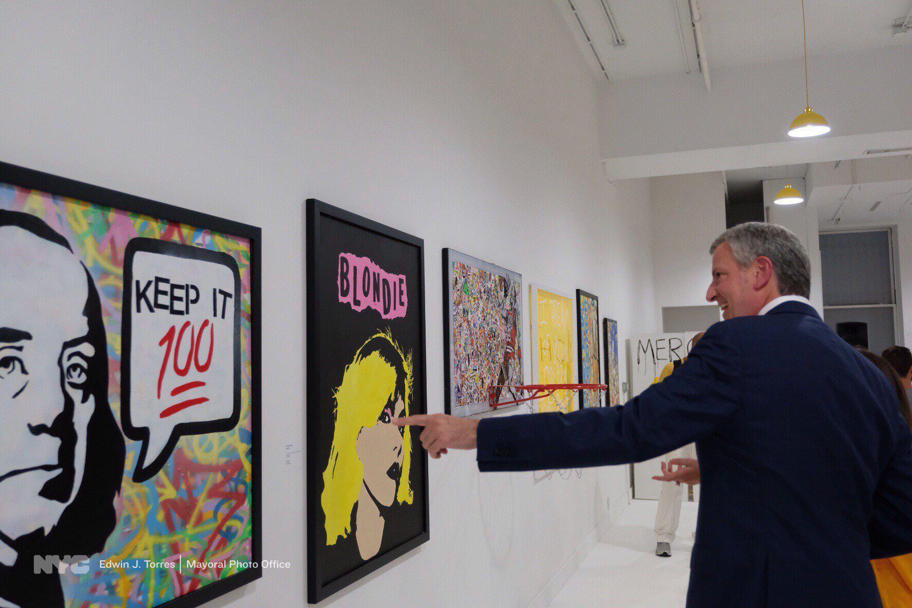 Mayor Bill de Blasio visits Arlette Tebele's pop-up gallery show in 2017.
