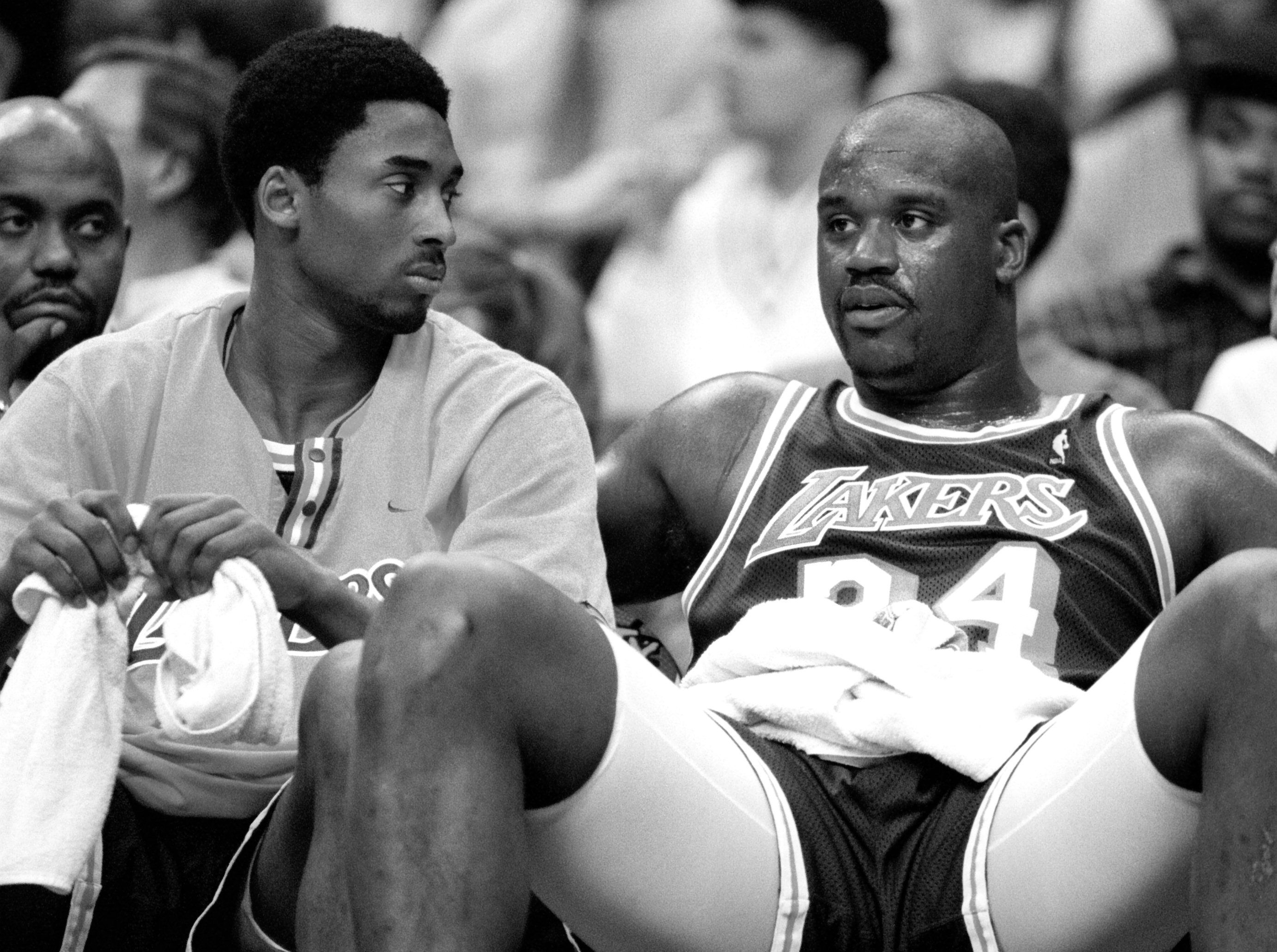 03/02/98 - MCI Center - Lakers' Kobie Bryant(L) listens to teammate Shaquille O'Neal as they sit on
