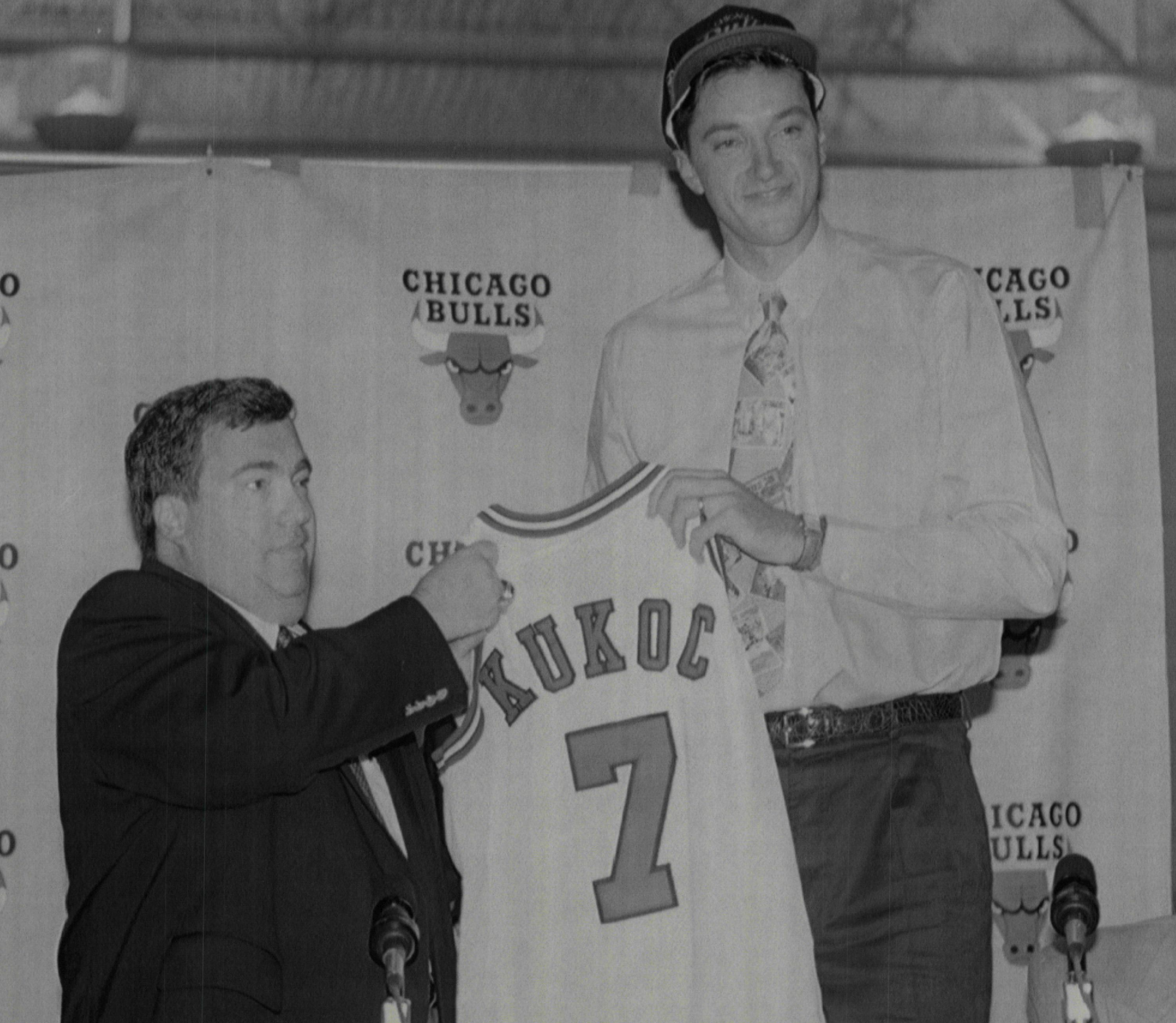 Jerry Krause introduces Toni Kukoc in 1993.