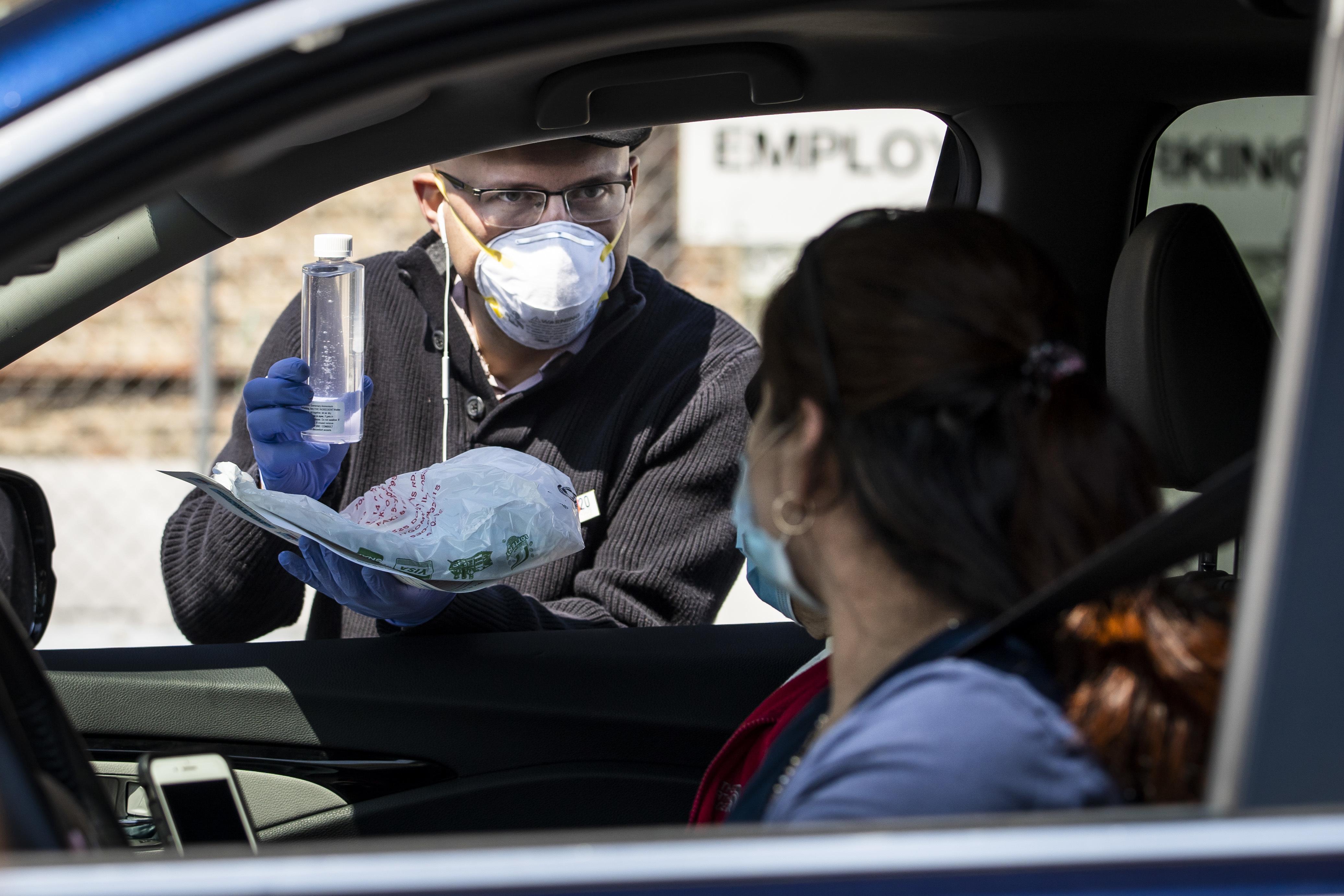 El concejal Mike Rodríguez (22) entregó bolsas de plástico que contenían cubrebocas y gel desinfectante.
