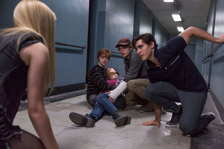 The New Mutants - mutants in a hallway