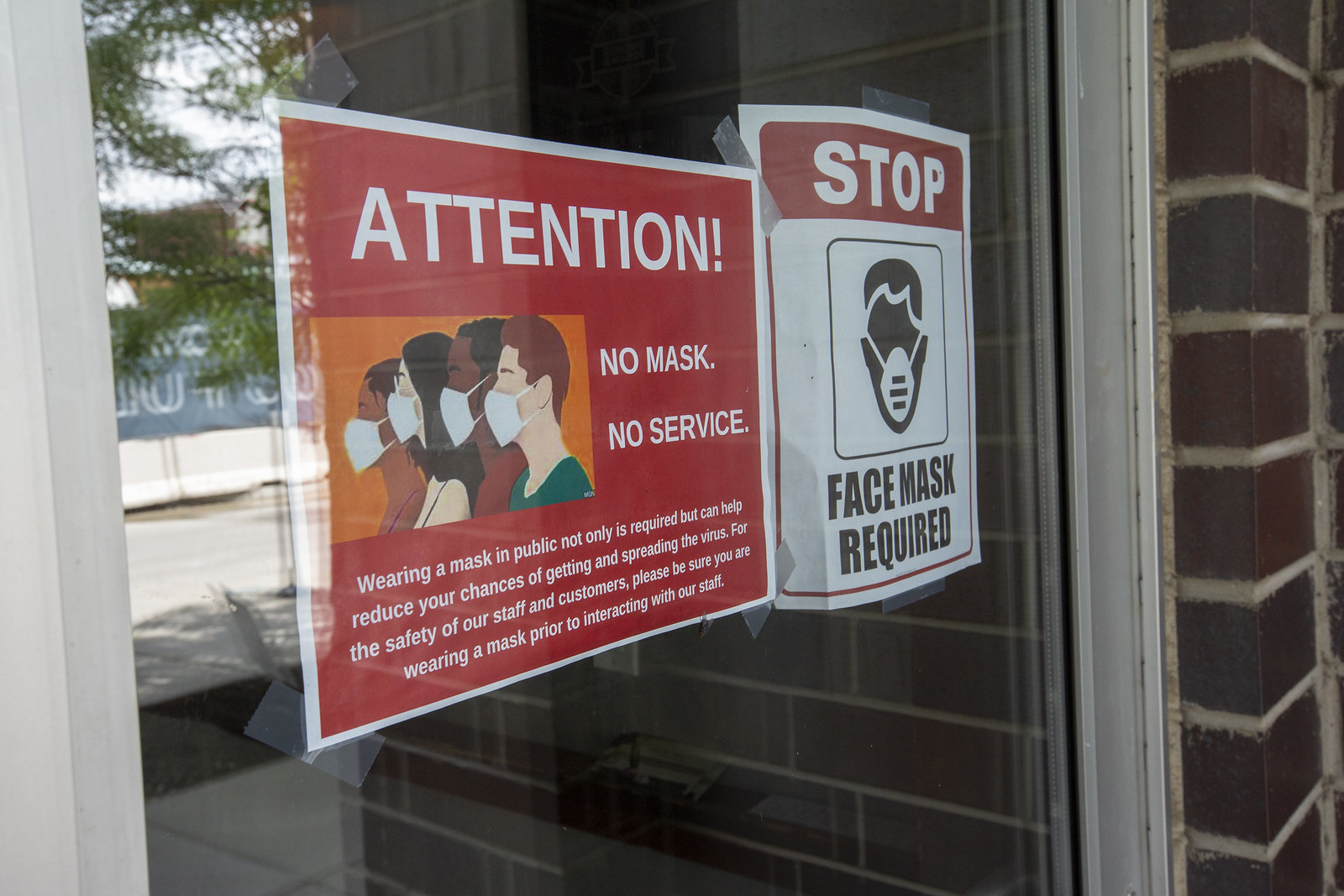 A sign telling folks to wear face masks to avoid getting sick.