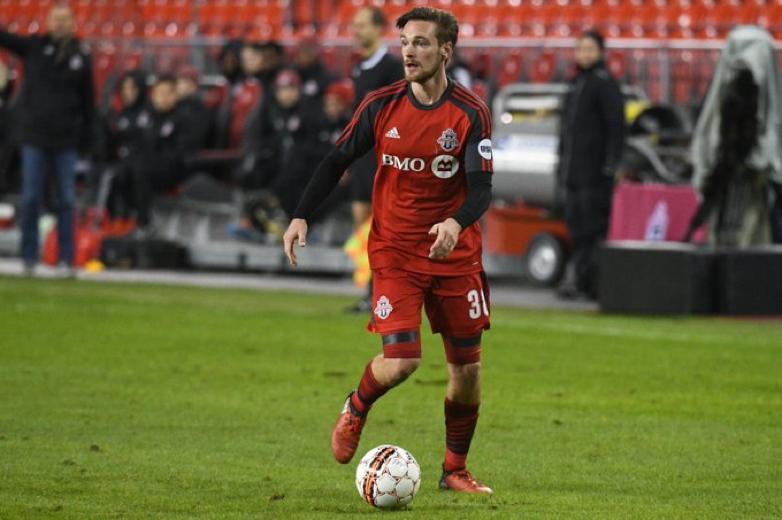 USL照片 - 多伦多FC II的凯尔Bjornethun球获得在BMO球场和抬起头挑选出一个目标