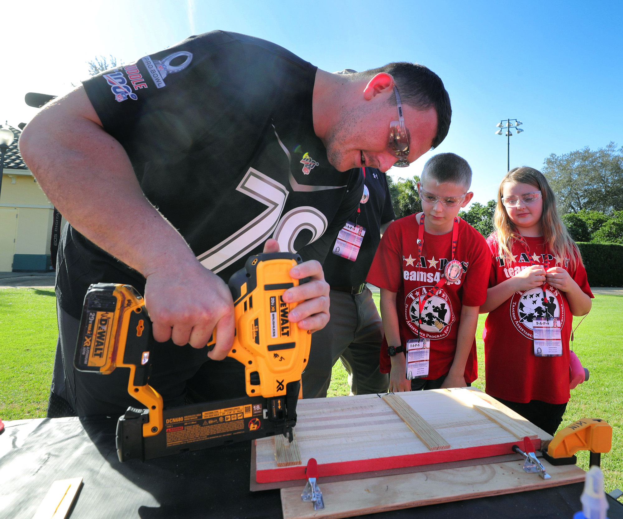 Pro Bowl players mingle with military families, make wooden US flags to honor their loss
