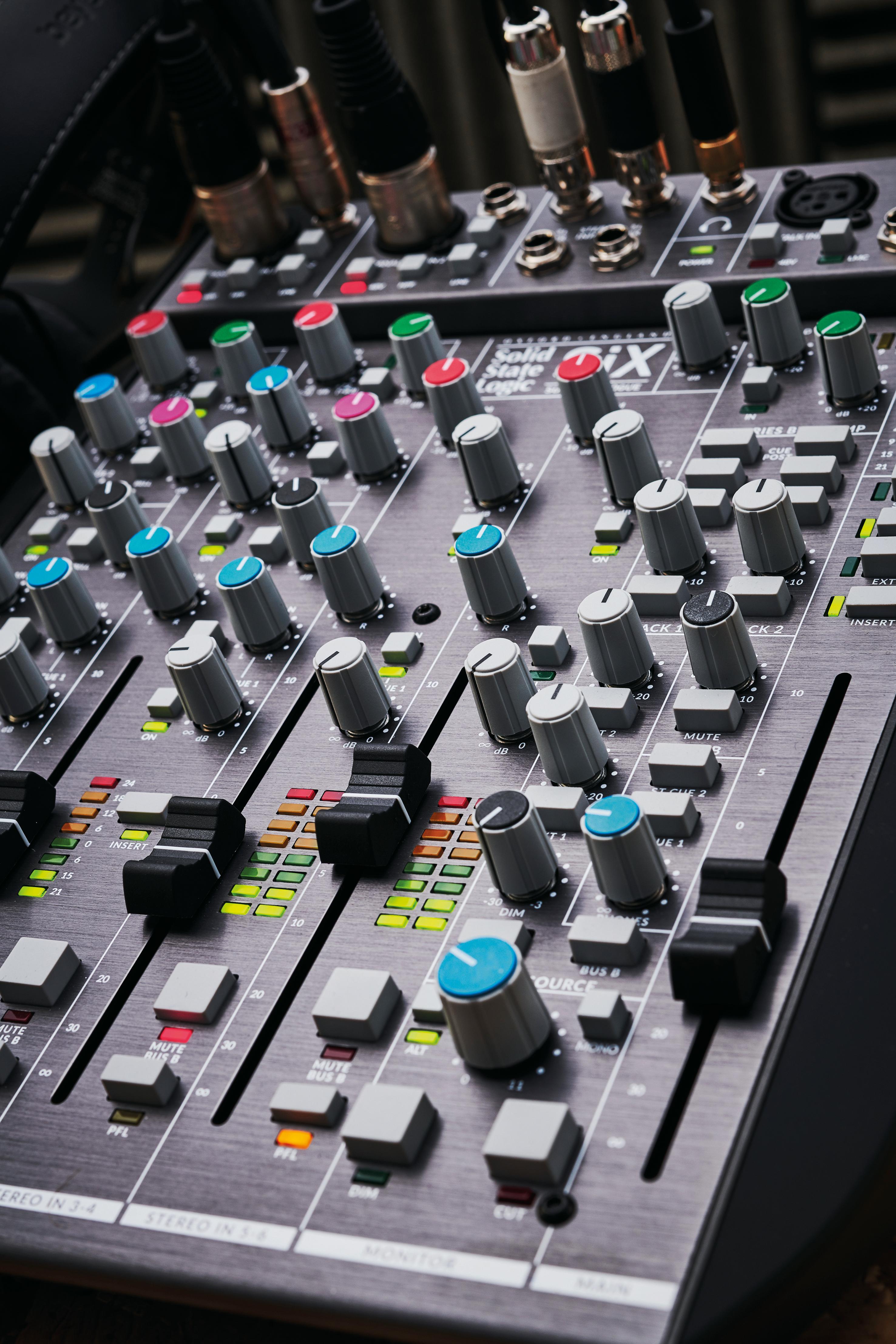 固态逻辑六台桌面调音台