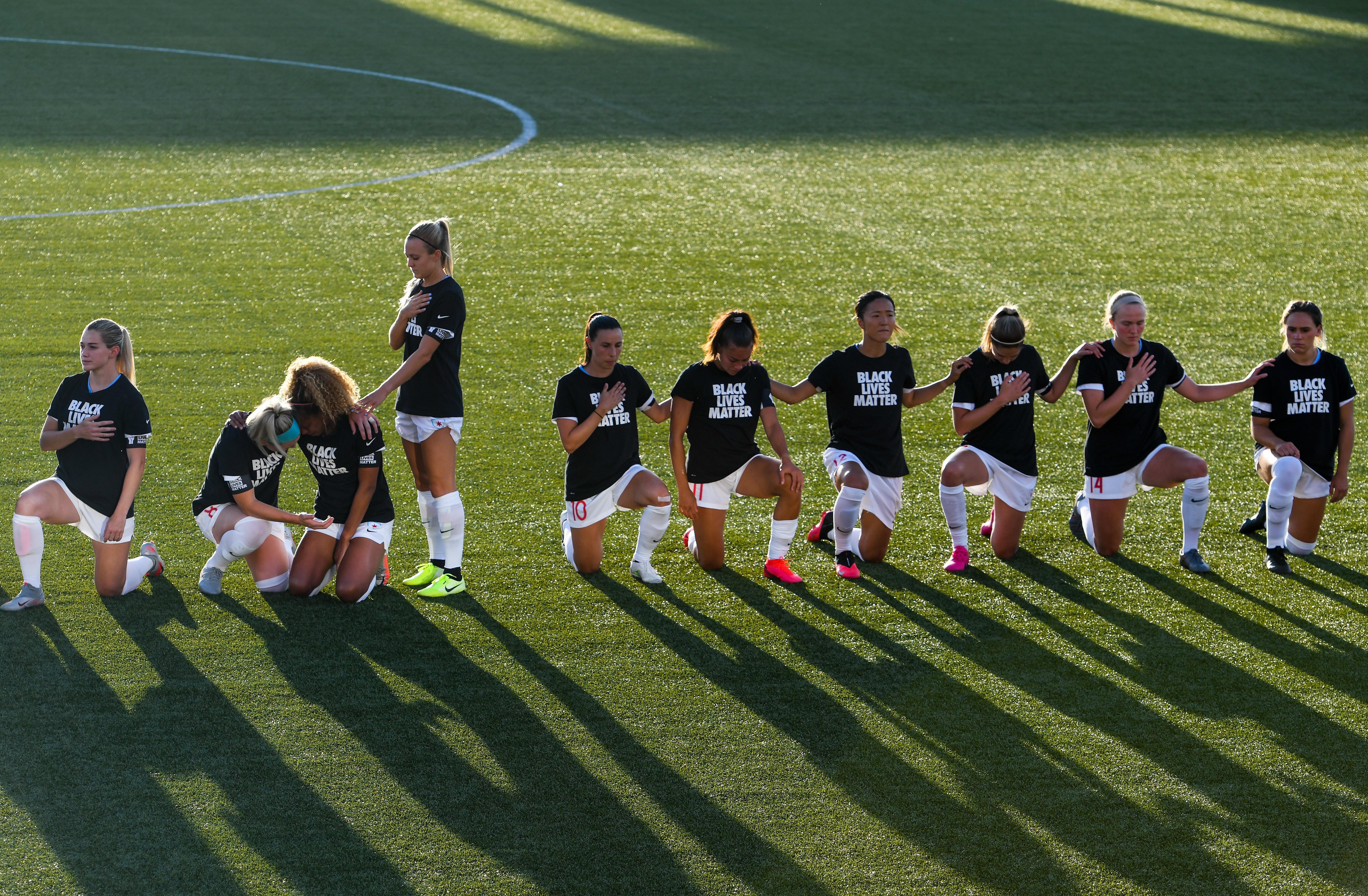 Red Stars kneel during anthem