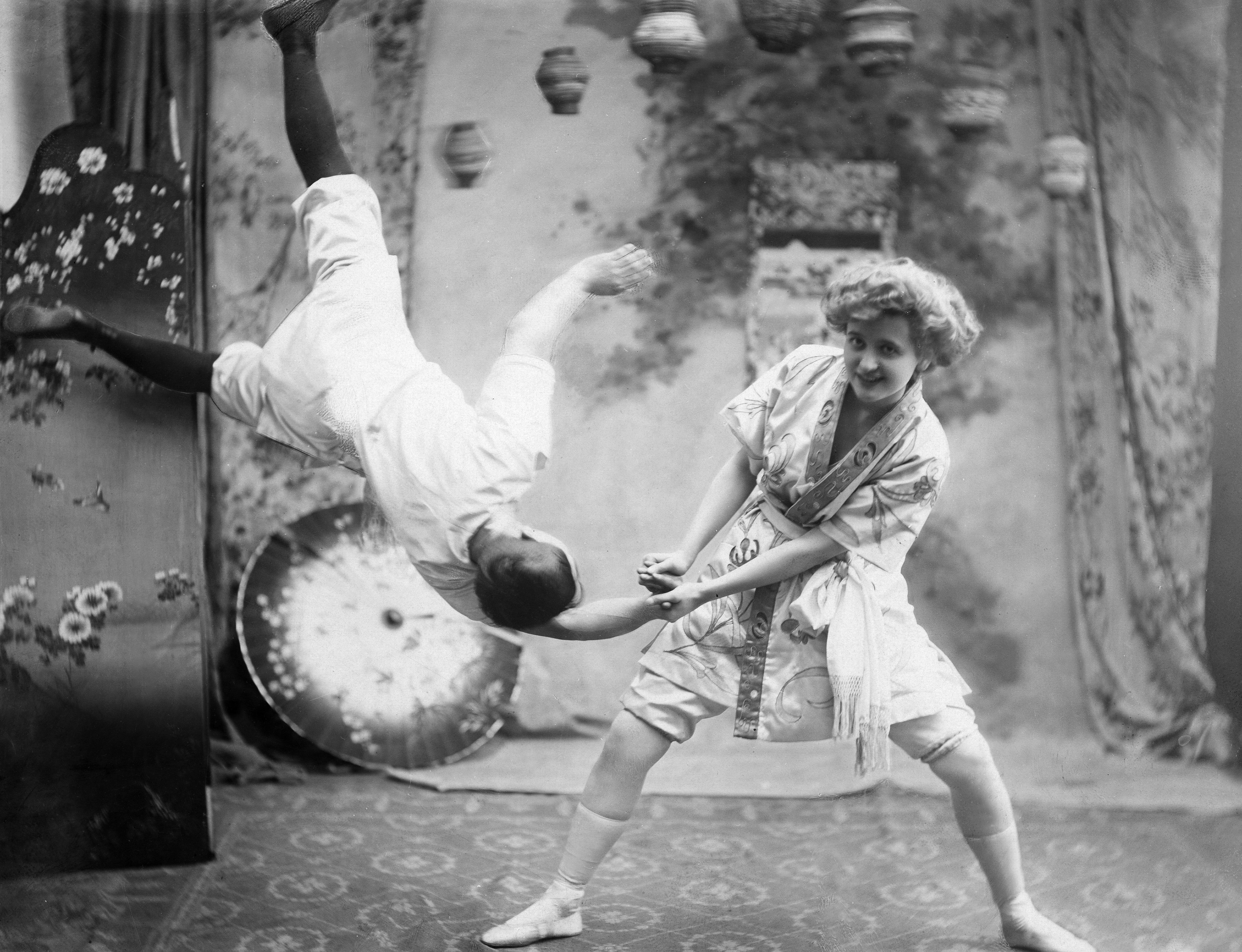 Deslys, Gaby - Dancer, Singer, Actress, France*04.09.1881-11.02.1920+- a vaudeville performance, dancing pose of juijitsu - Photographer: Bassano- Published by: 'Berliner Illustrirte Zeitung' 15/1907Vintage property of ullstein bild