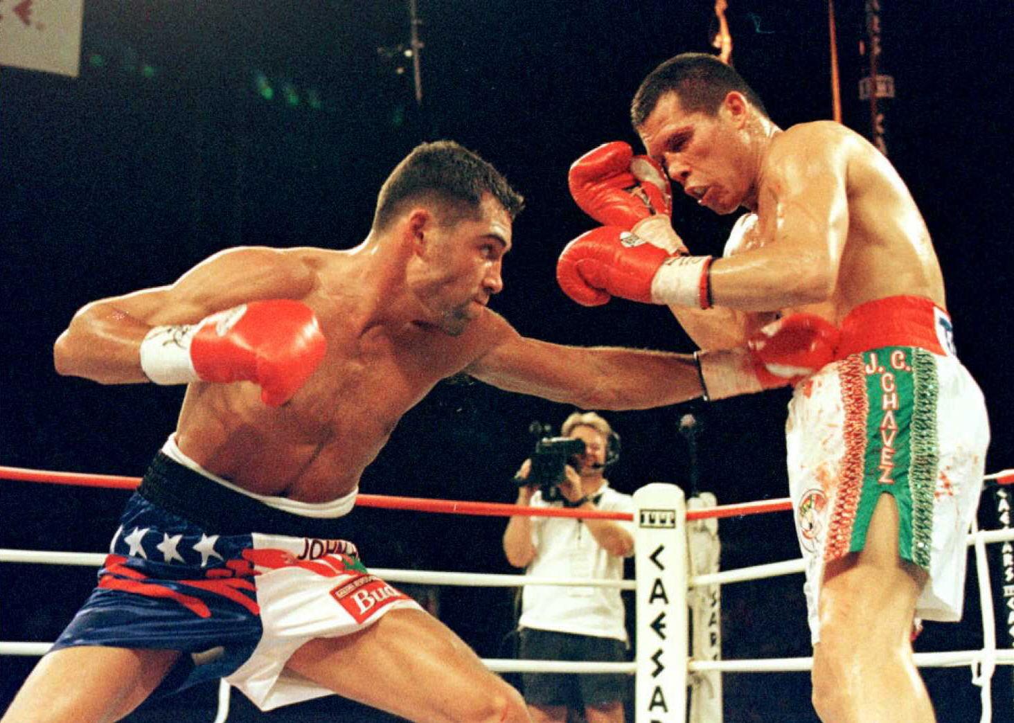 Oscar de la Hoya (L) lands a left against WBC Supe