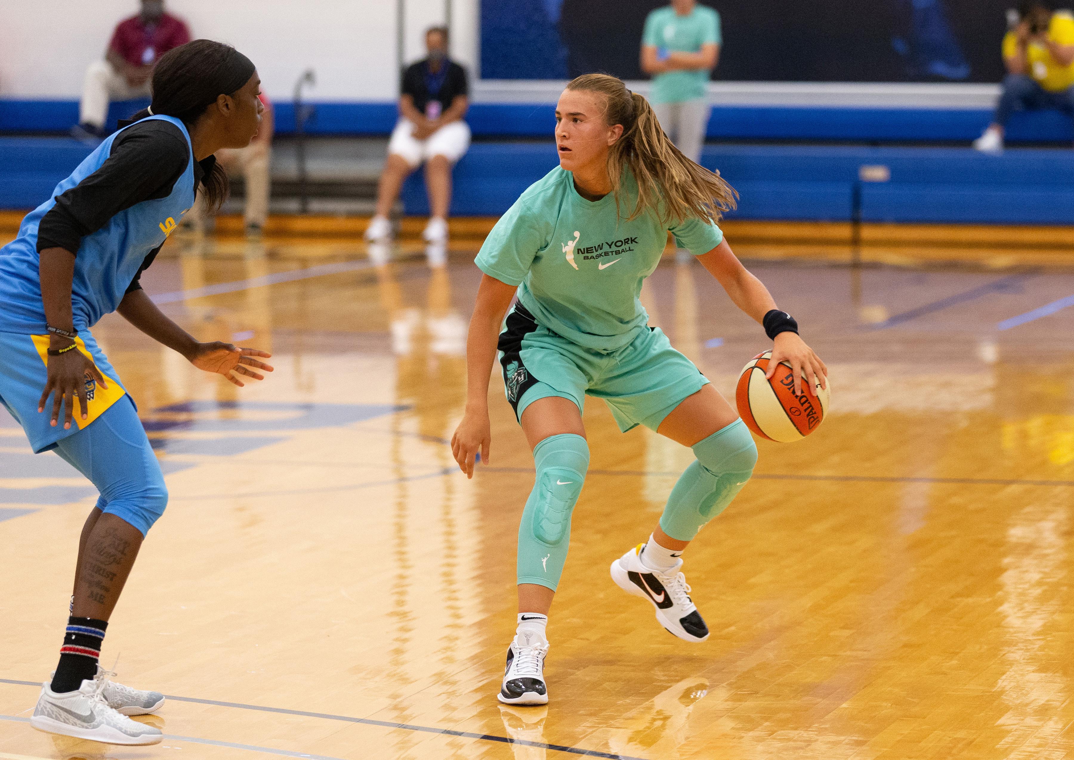 2020年7月22日,在佛罗里达州布雷登顿的IMG学院,纽约自由队的Sabrina Ionescu在与芝加哥天空队的争夺中运球。