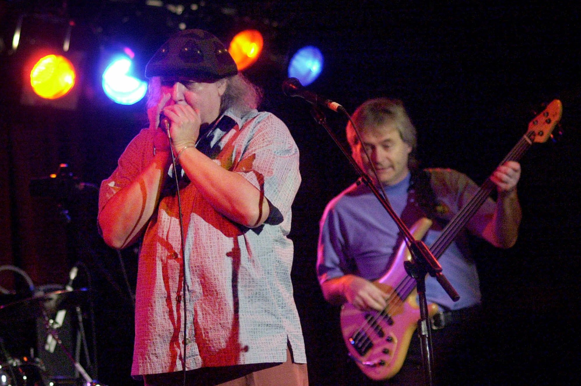 British rock and blues guitarist Peter Green, left, a founding member of Fleetwood Mac, performs with his own band, Peter Green's Splinter Group, at B.B. King Blues Club & Grill Saturday, April 7, 2001, in New York. Guitarist Peter Stroud is at right. (AP Photo/Mark Lennihan)