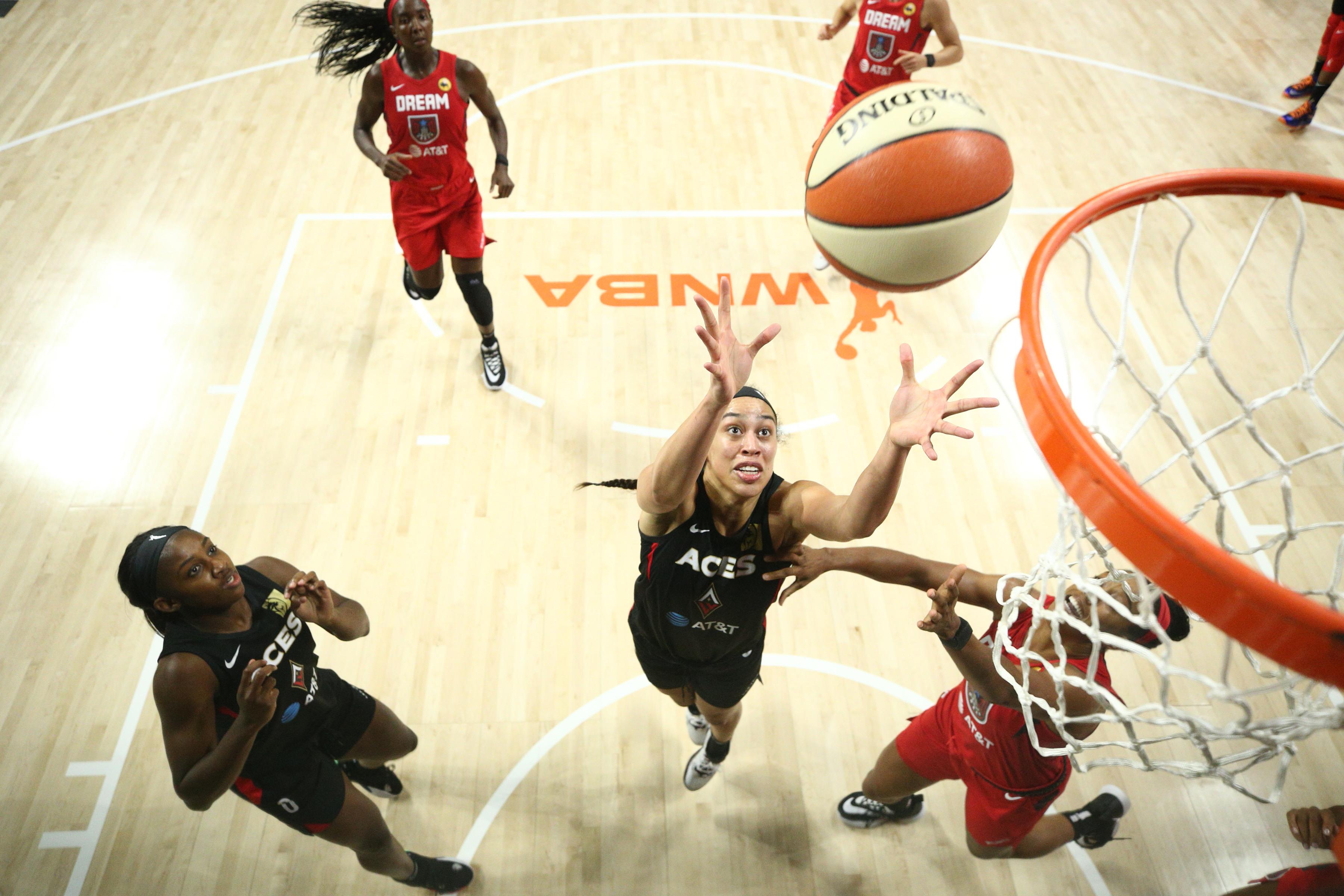 2020年7月29日,在佛罗里达州棕榈城的菲尔德娱乐中心,拉斯维加斯王牌队的迪丽卡·汉比在与亚特兰大之梦队的比赛中抢到了篮板。