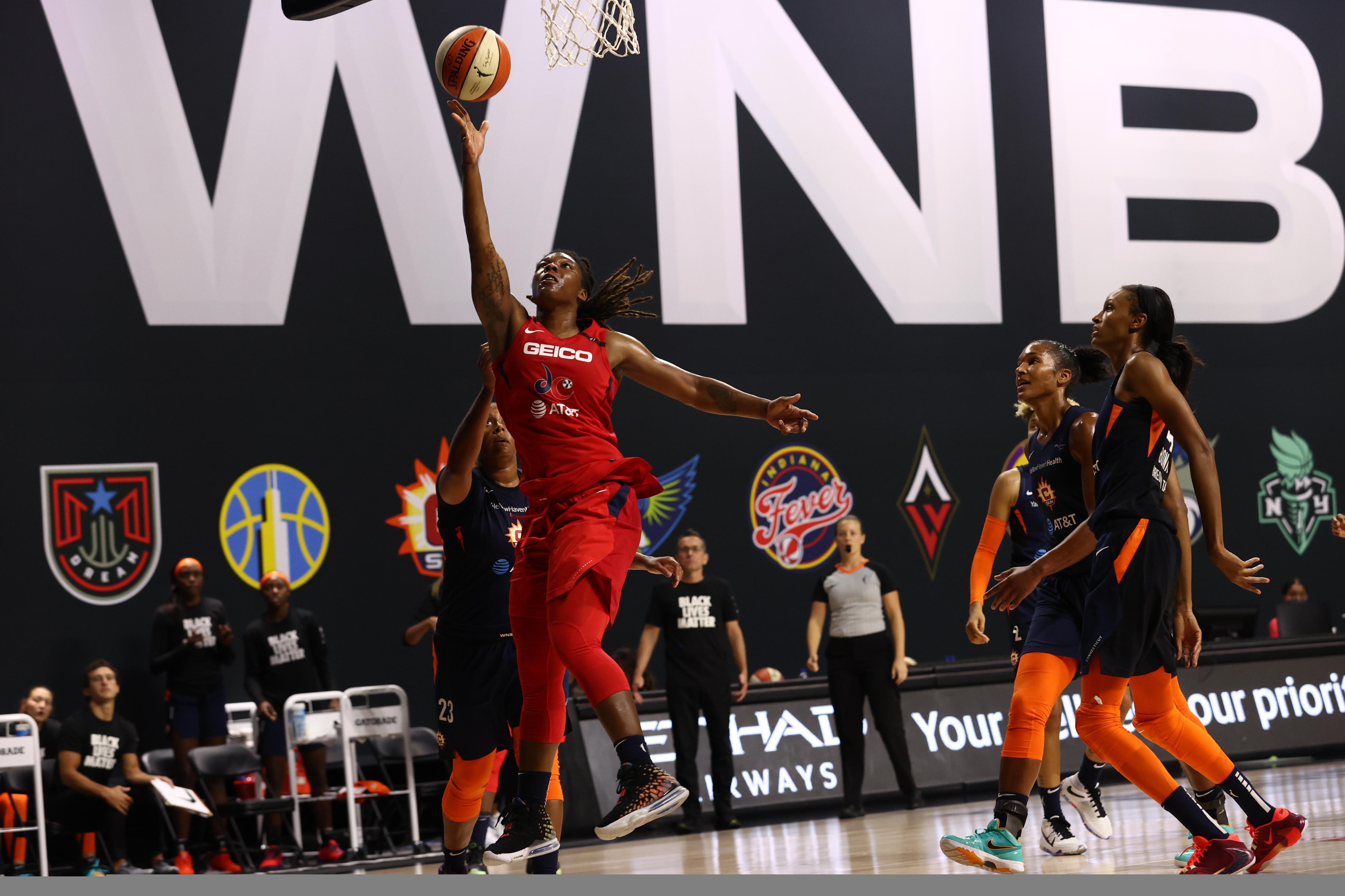 2020年7月28日,在佛罗里达州棕榈城的菲尔德娱乐中心,华盛顿神秘队的Myisha Hines-Allen对着康涅狄格太阳队投球。