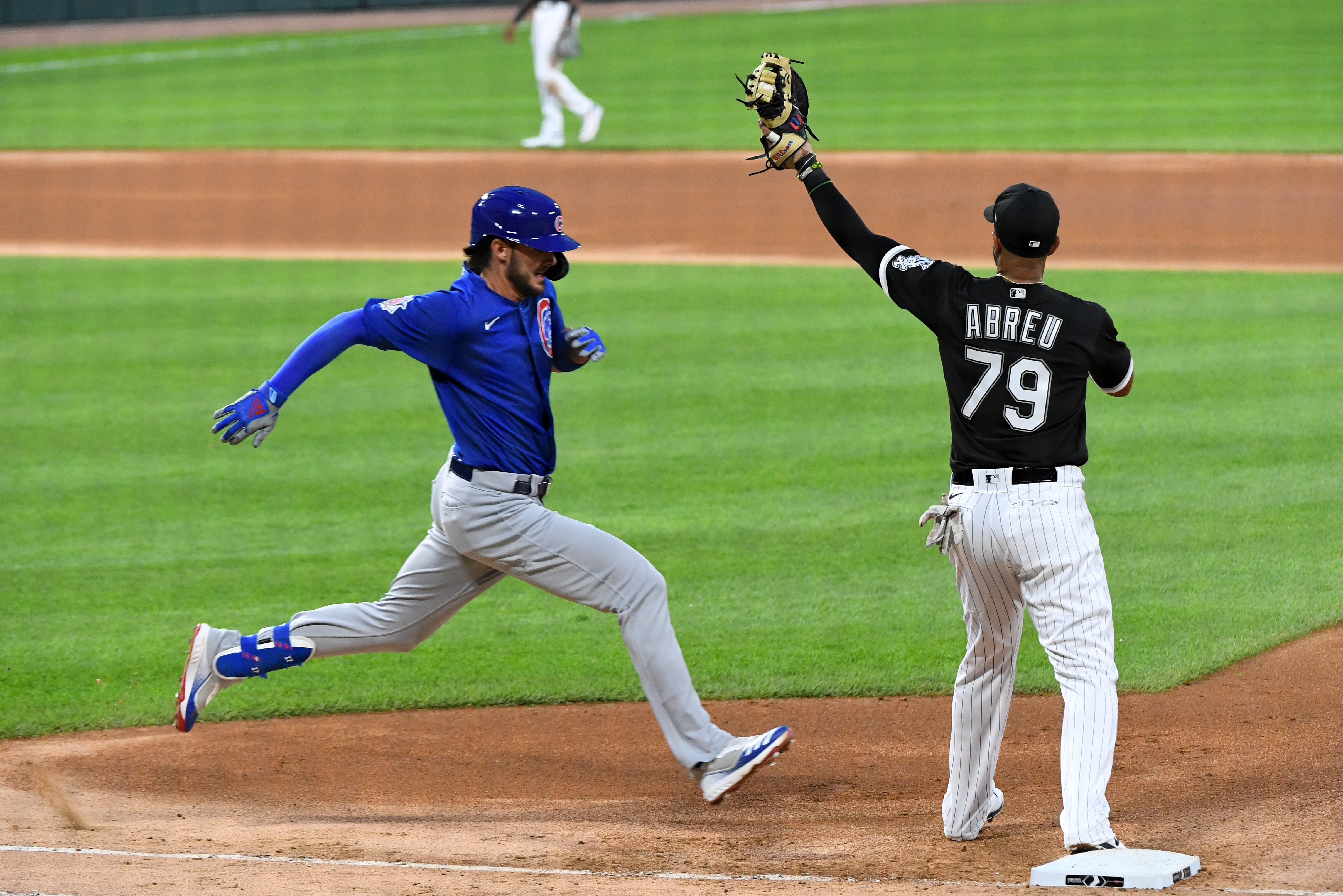 芝加哥小熊队的三垒手克里斯·布莱恩特试图击败芝加哥白袜队的一垒手何塞·阿布瑞尤。
